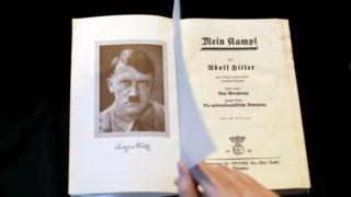 Uma edição de <i>Mein Kampf</i> de 1940 fotografada este ano em Berlim