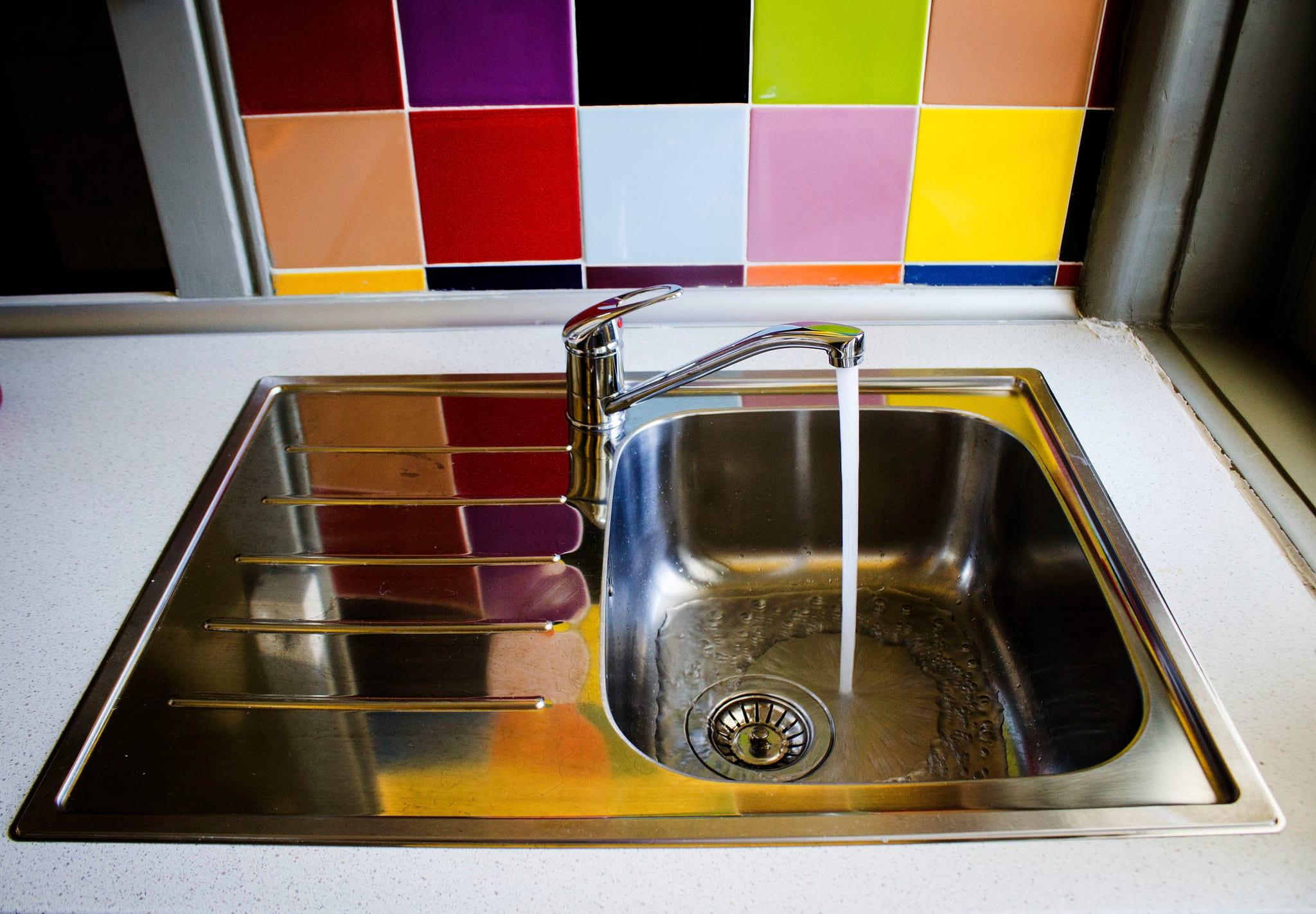 """PÚBLICO - Água da torneira é """"excelente"""" e 99% segura"""