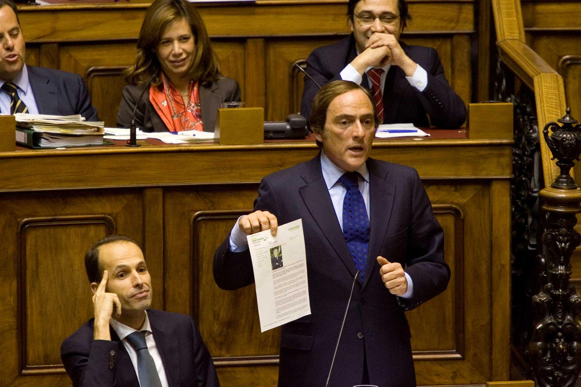 PÚBLICO - CDS lança livro com discursos dos últimos 40 anos no Parlamento