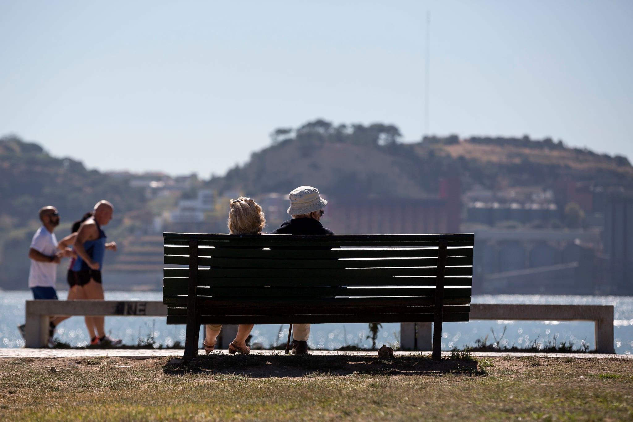 PÚBLICO - Só um quarto dos portugueses mais velhos diz ter tido vida feliz