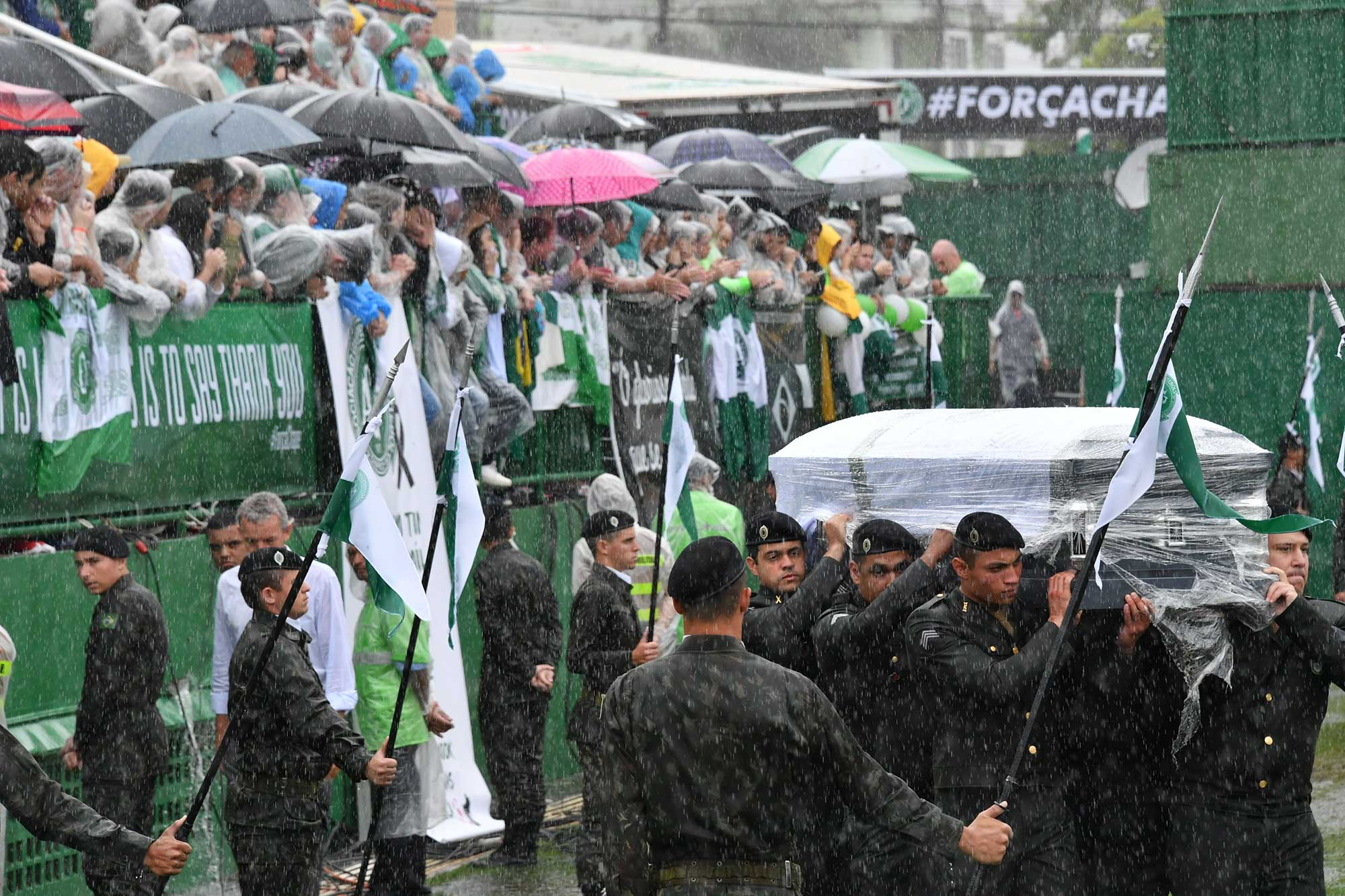 """PÚBLICO - Milhares gritaram """"o campeão voltou"""" no velório dos jogadores do Chapecoense"""