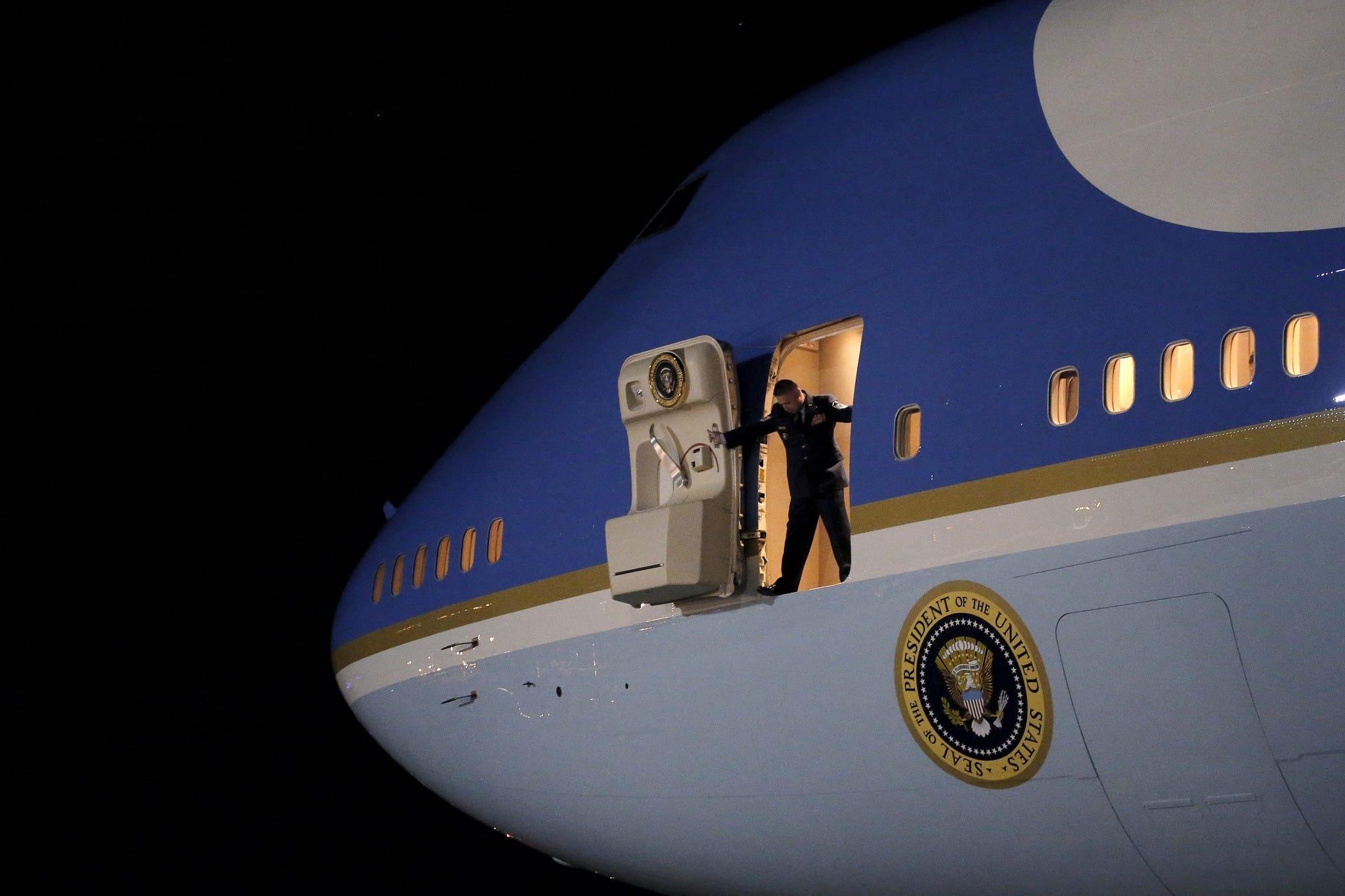 PÚBLICO - Trump pede cancelamento do novo <i>Air Force One</i>