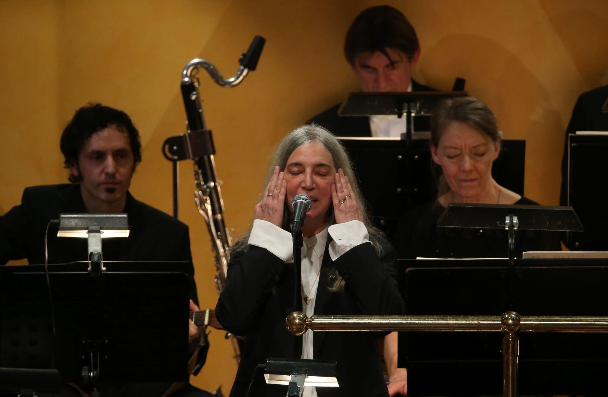PÚBLICO - Patti Smith emocionada na cerimónia Nobel interrompe actuação