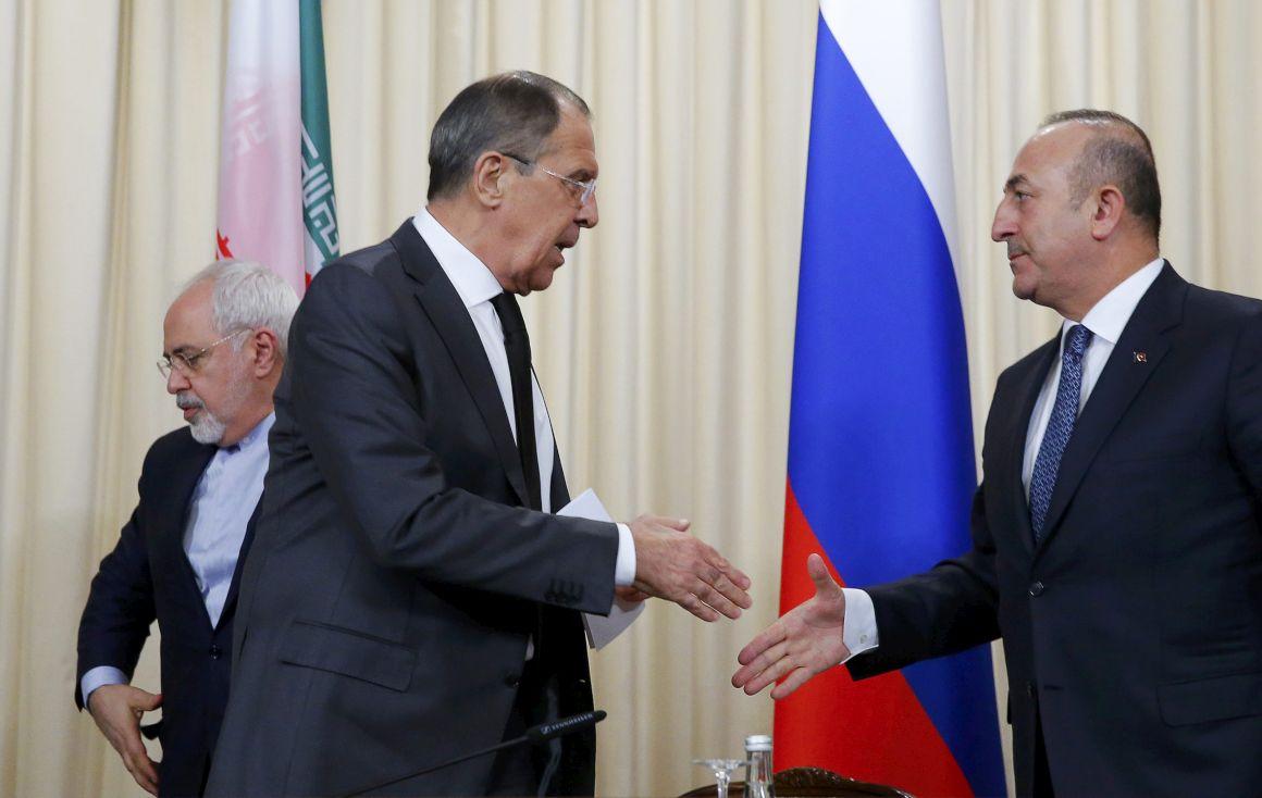 Lavrov cumprimenta o homólogo turco, com o iraniano atrás