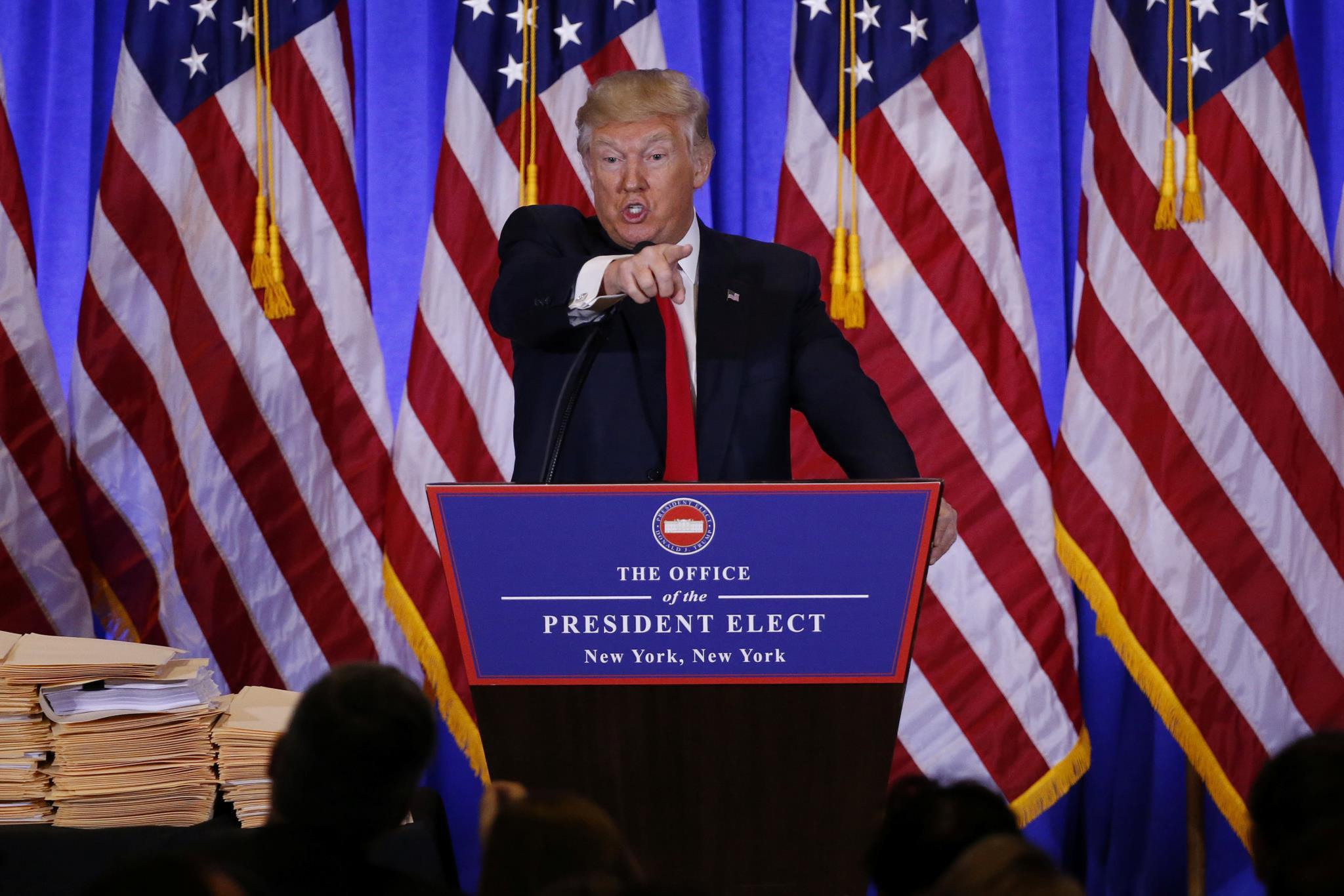 """Trump, na sua primeira conferência de imprensa após a eleição, disse alimentar a expectativa de """"entender-se bem"""" com o seu homólogo russo, Putin"""