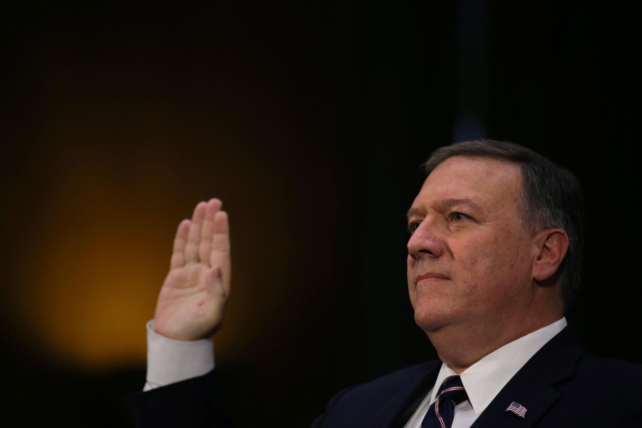 O congressista Mike Pompeo, anets de começar a audiência para o emprego de director da CIA