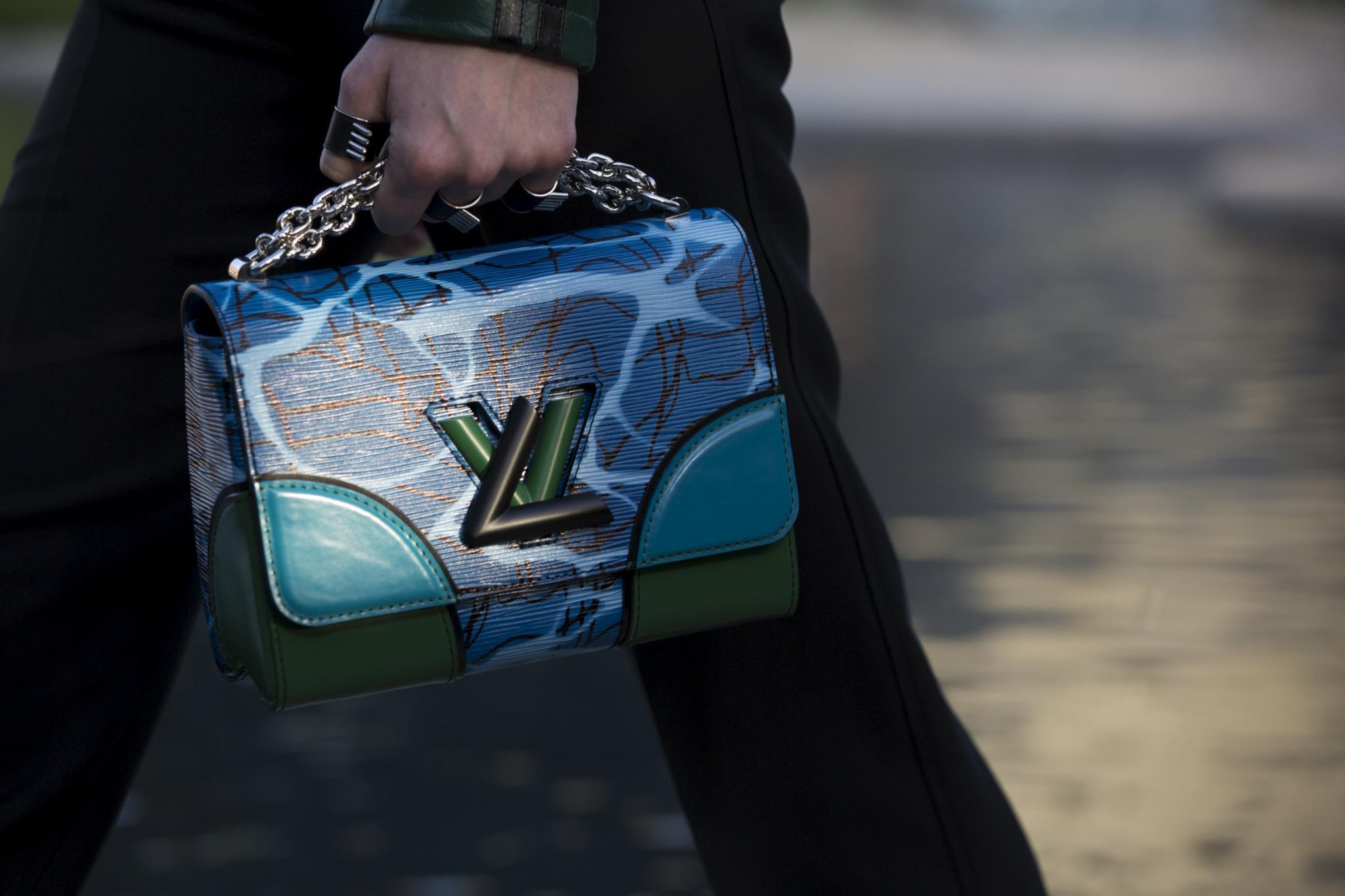 PÚBLICO - PETA compra acções da Louis Vuitton para a doutrinar sobre uso de peles