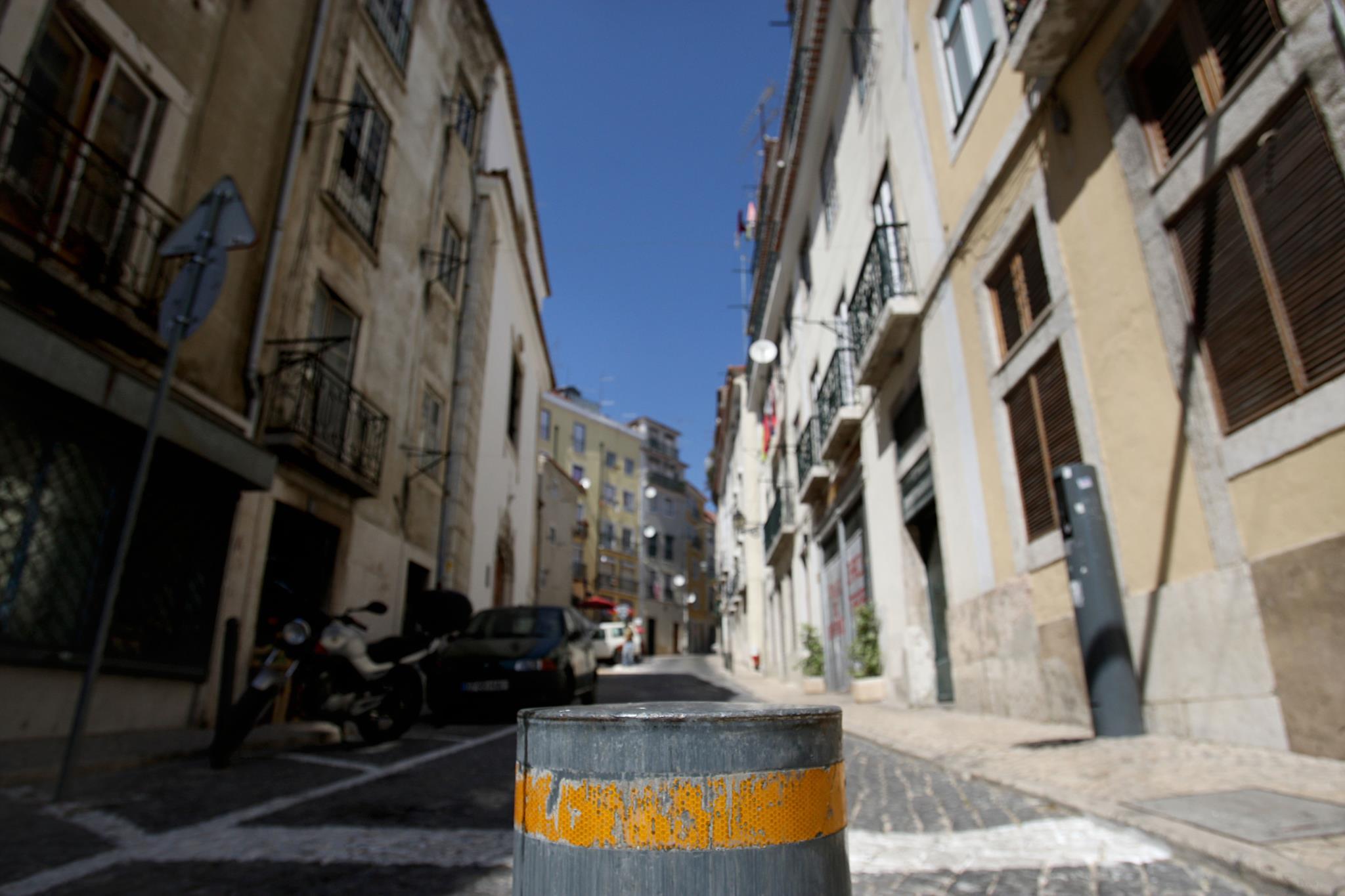PÚBLICO - Pilaretes da EMEL no Bairro Alto causam danos em veículos