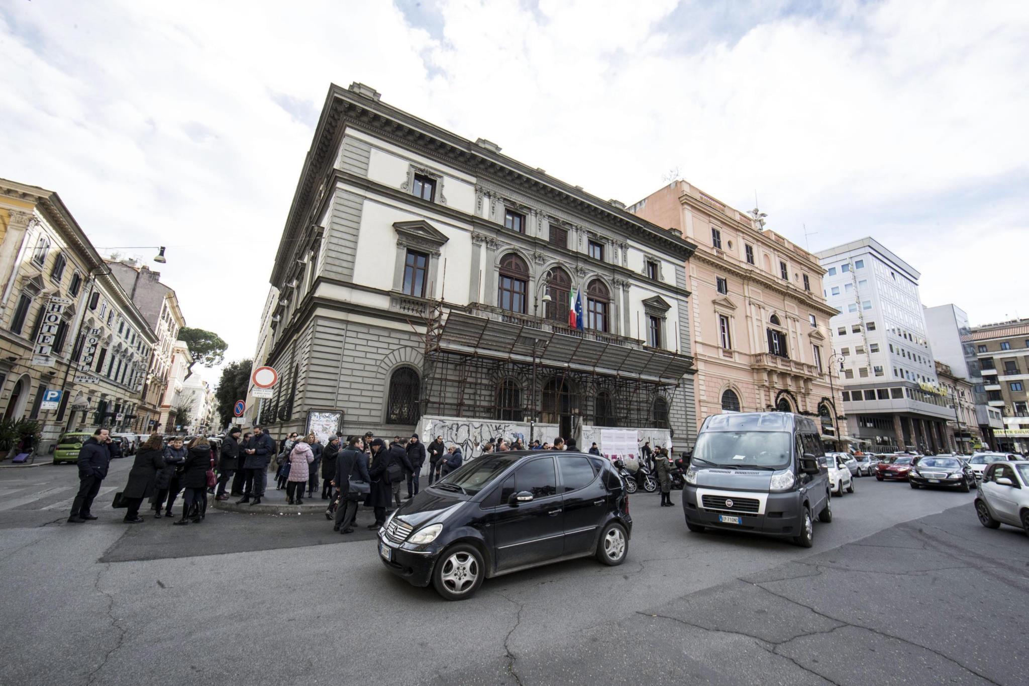 PÚBLICO - Itália abalada por três sismos de magnitude próxima ao de Áquila