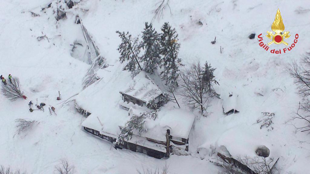 """PÚBLICO - Avalanche que """"engoliu totalmente"""" hotel em Itália causou """"muitos mortos"""""""