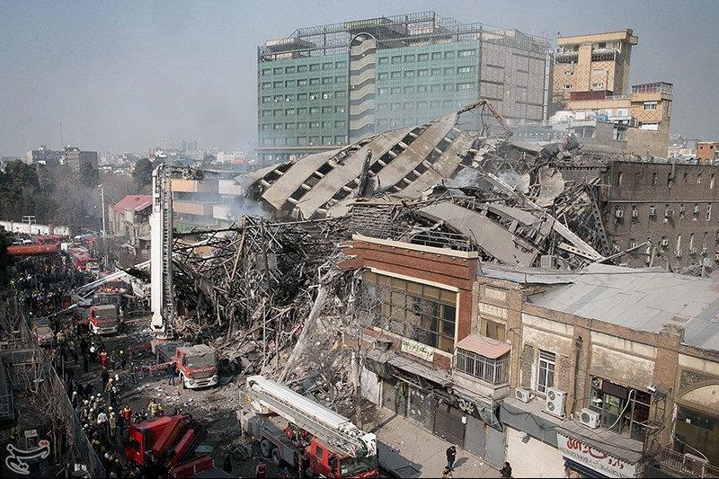 PÚBLICO - Edifício icónico de Teerão colapsa quando bombeiros combatiam fogo no interior