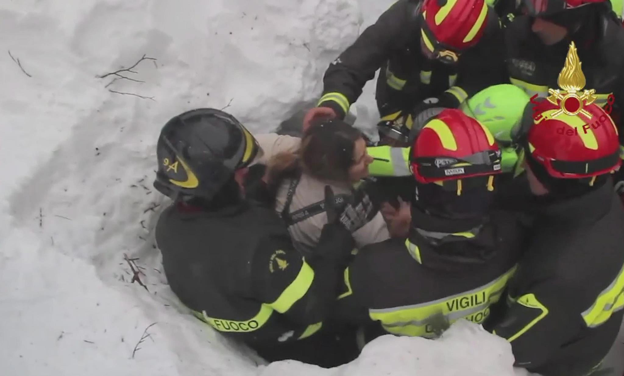 PÚBLICO - Dez sobreviventes encontrados no hotel destruído por avalancha em Itália