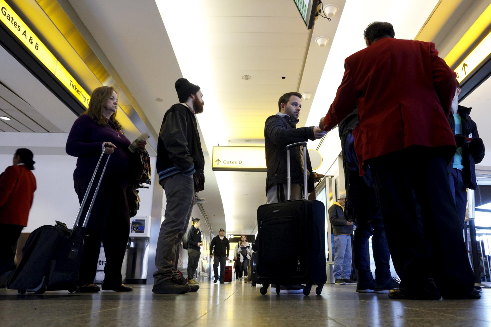 Passageiros no aeroporto de La Guardia, um dos que servem Nova Iorque