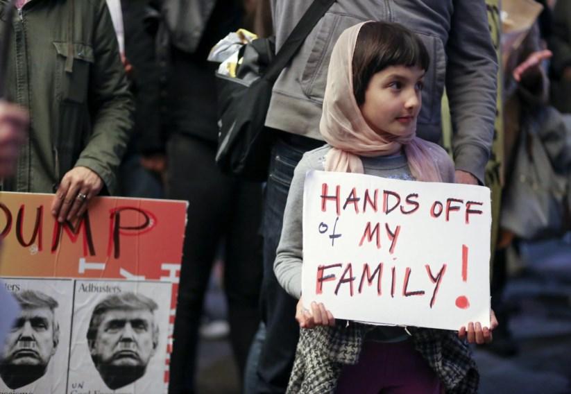 Manifestações espontâneas, como esta em Los Angeles, tiveram lugar nos aeroportos das principais cidades dos Estados Unidos