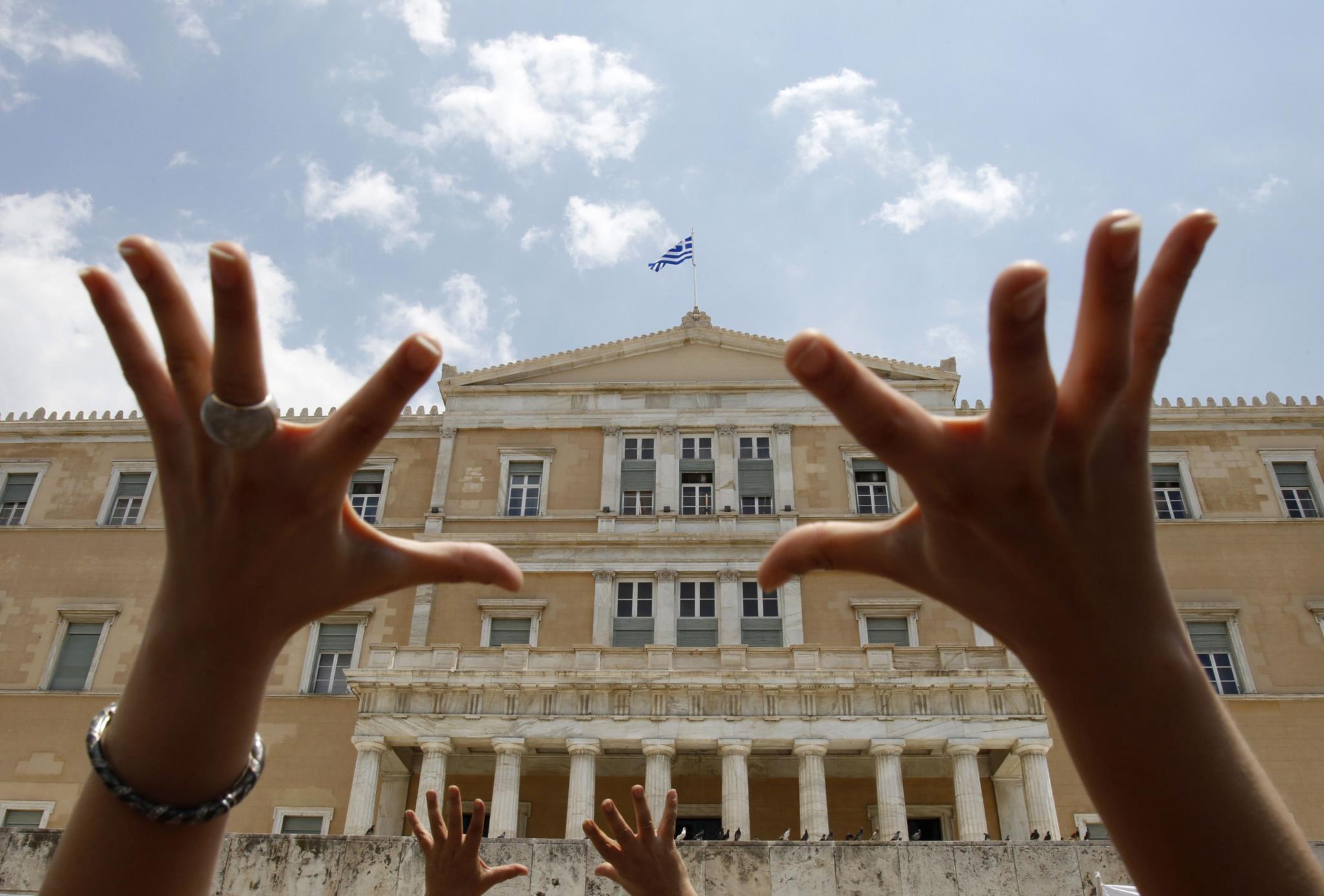 """Protestos contra a austeridade em Atenas em 2010: Governo de Tsipras diz que não aprovará """"nem mais um cêntimo"""" de cortes"""