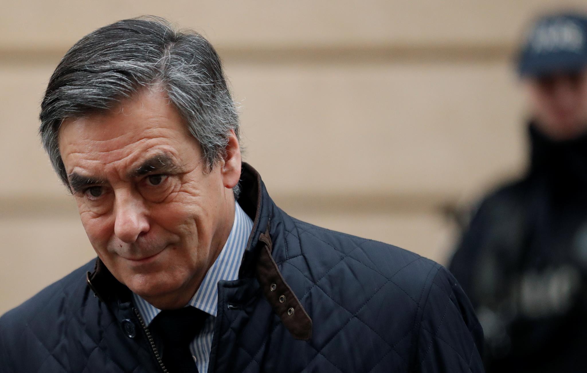 Fillon pediu ao partido para resistir durante duas semanas e permitir a conclusão do inquérito preliminar