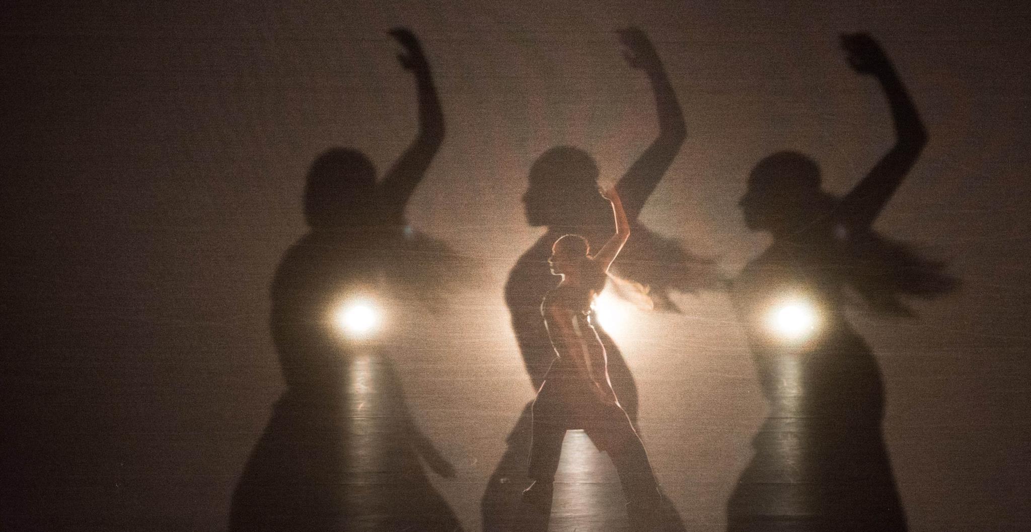 PÚBLICO - Há 20 anos que a dança de Russell Maliphant é feita de luz