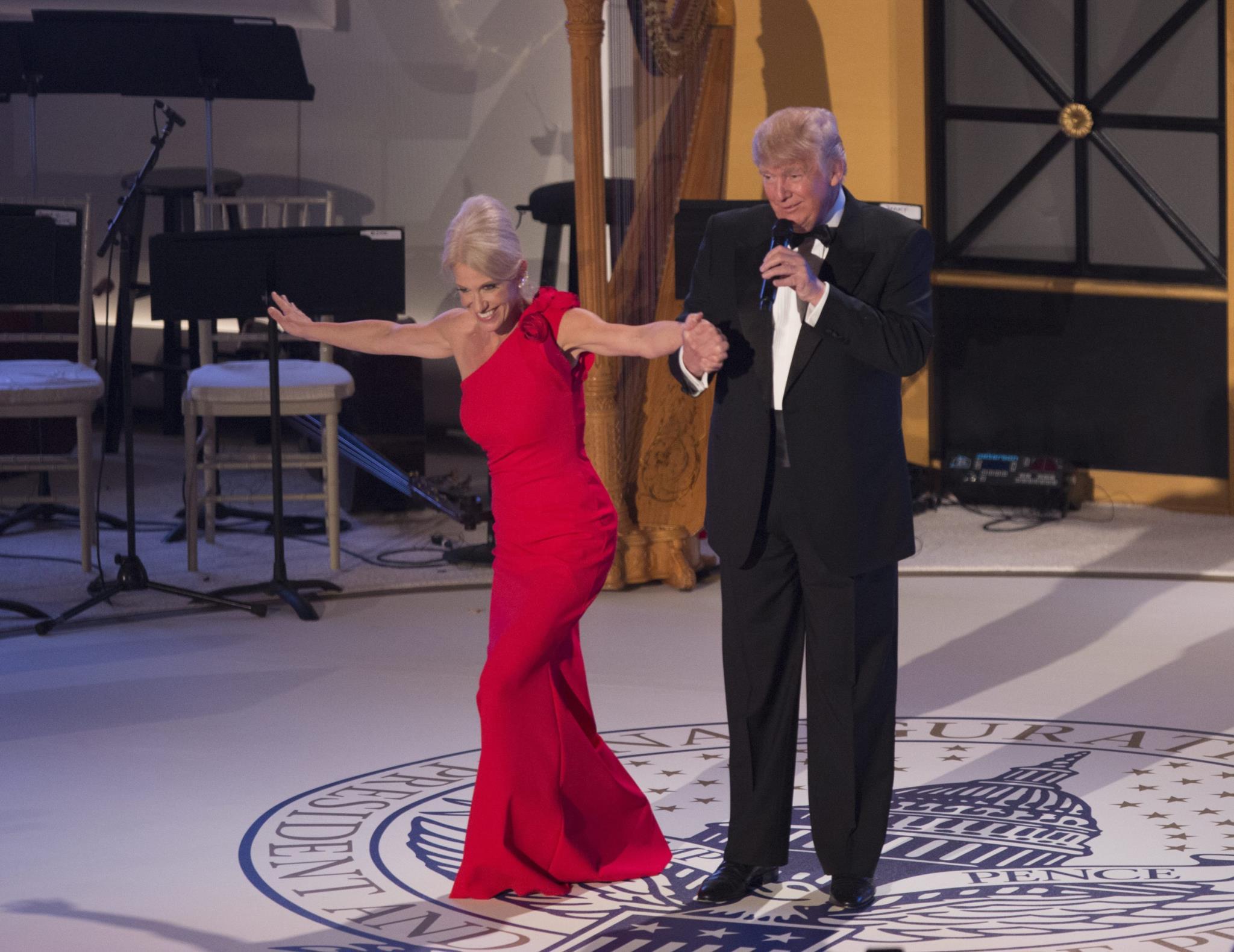Kellyanne Conway com o Presidente Donald Trump na véspera da tomada de posse