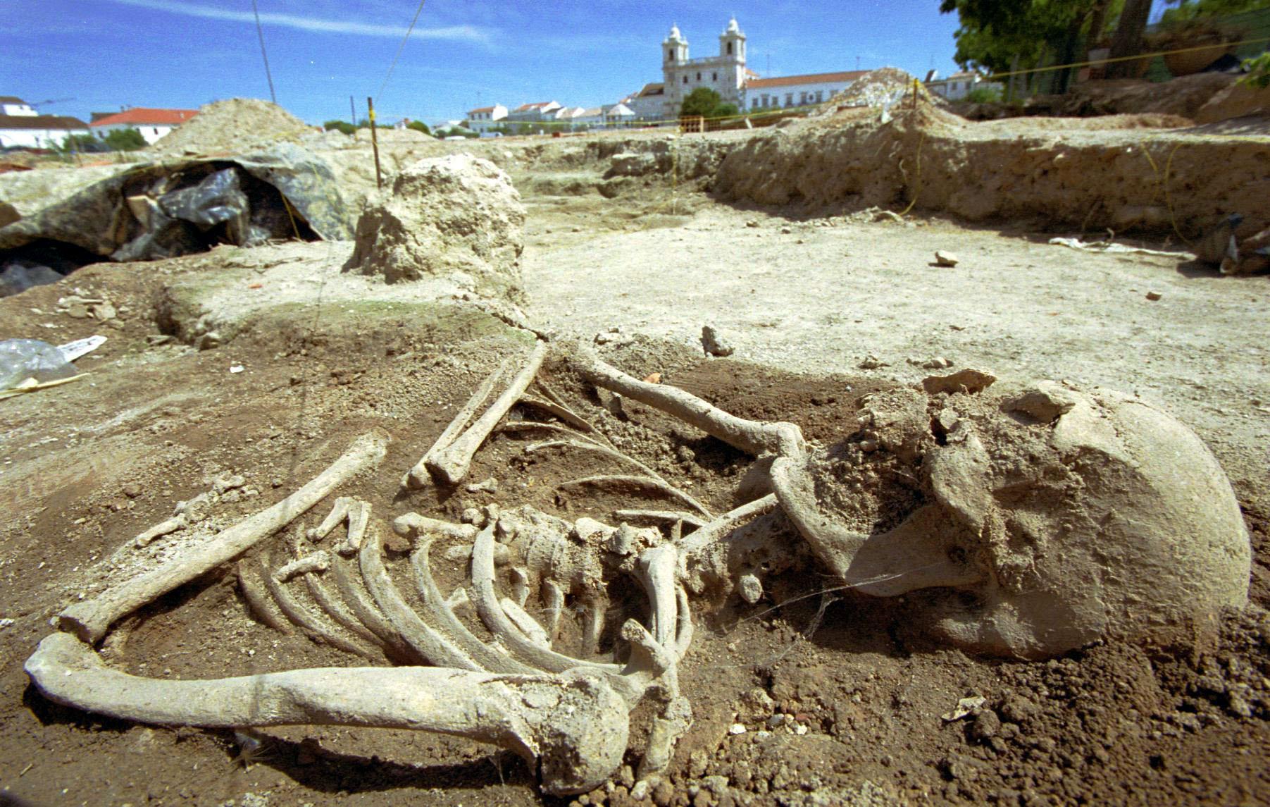 Um dos esqueletos durante as escavações no parque de estacionamento no centro da cidade alentejana