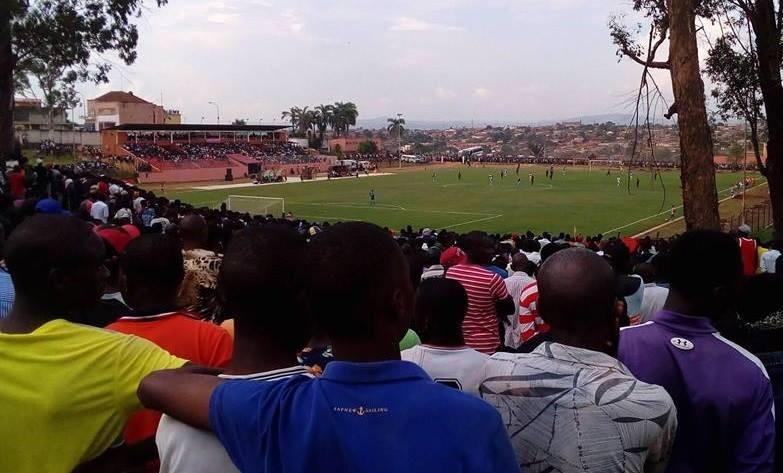 Alguns dos espectadores durante o jogo desta tarde, no Estádio Municipal 4 de Janeiro