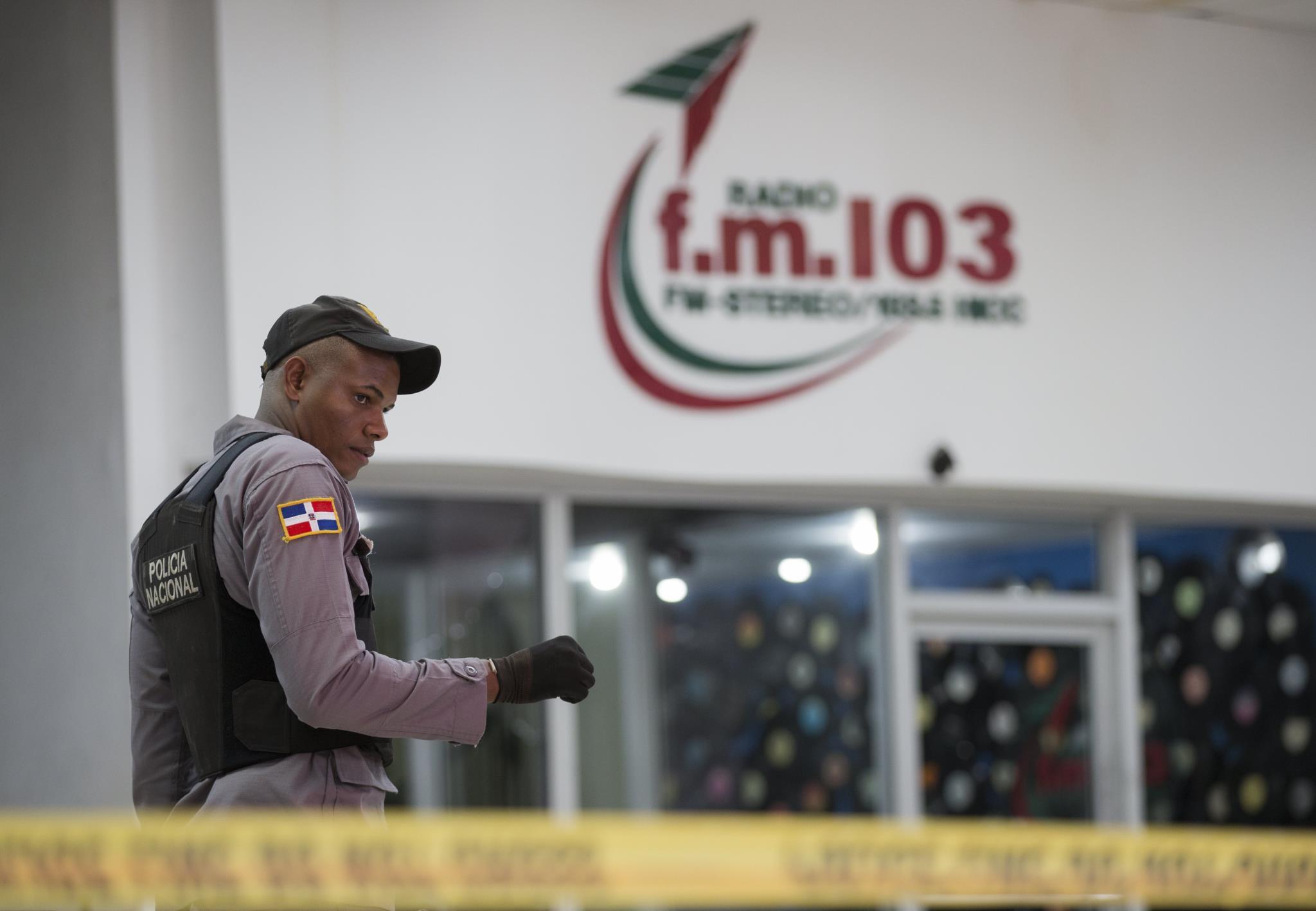Polícia na entrada da rádio horas depois do tiroteio