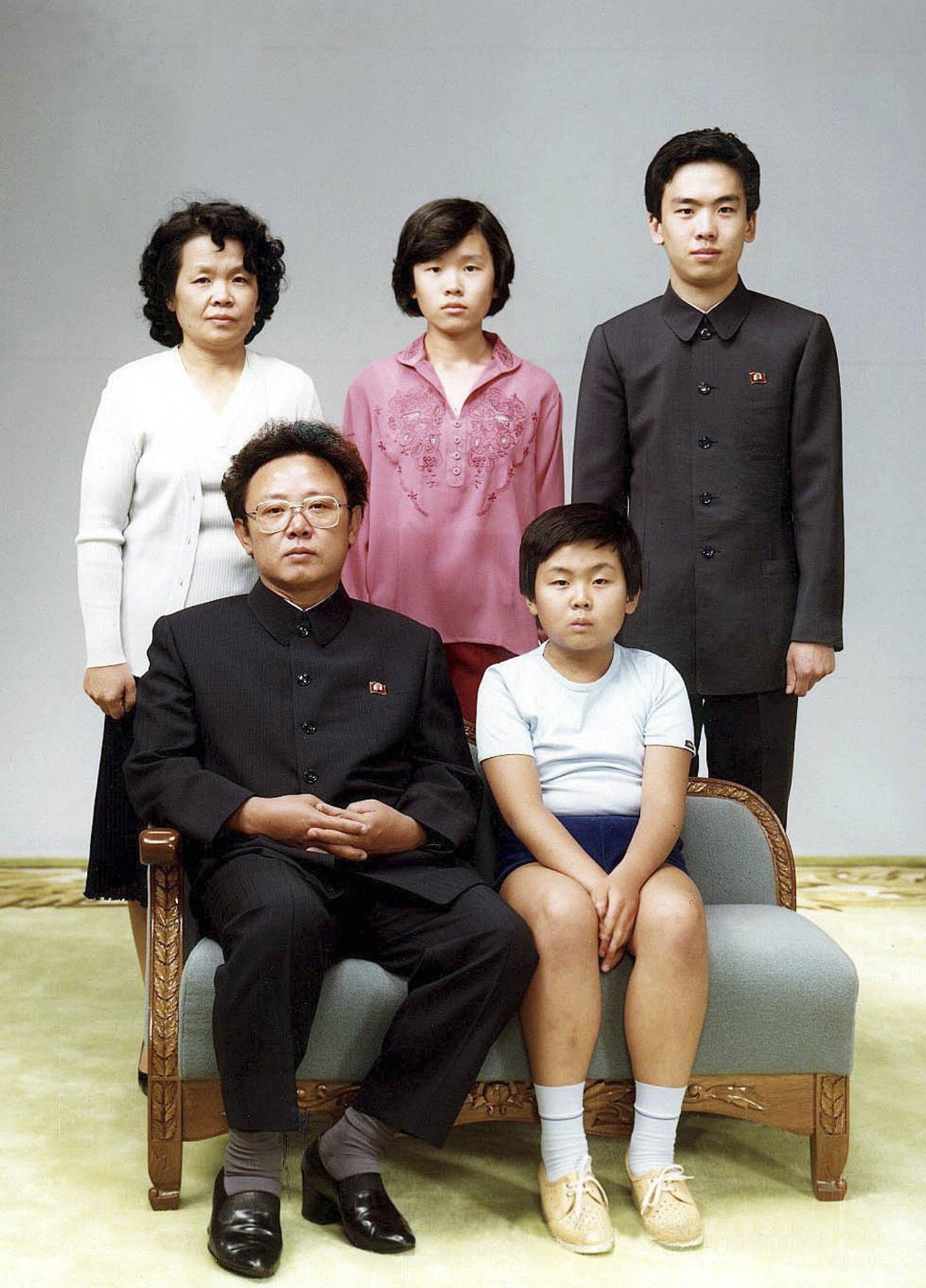 Fotografia de Agosto de 1981, onde Kim Jong-nam aparece sentado à frente, ao lado do pai, Kim Jong-il