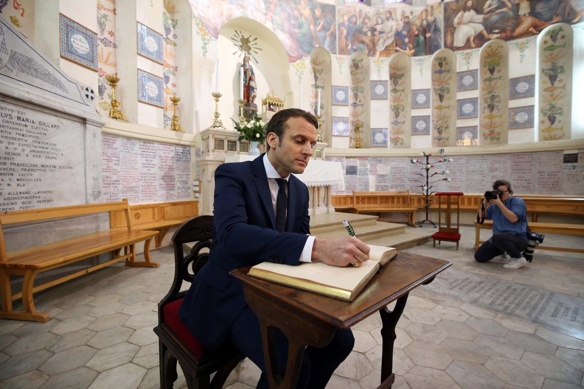 """Macron está na Argélia em campanha e a promover a """"reconciliação"""""""