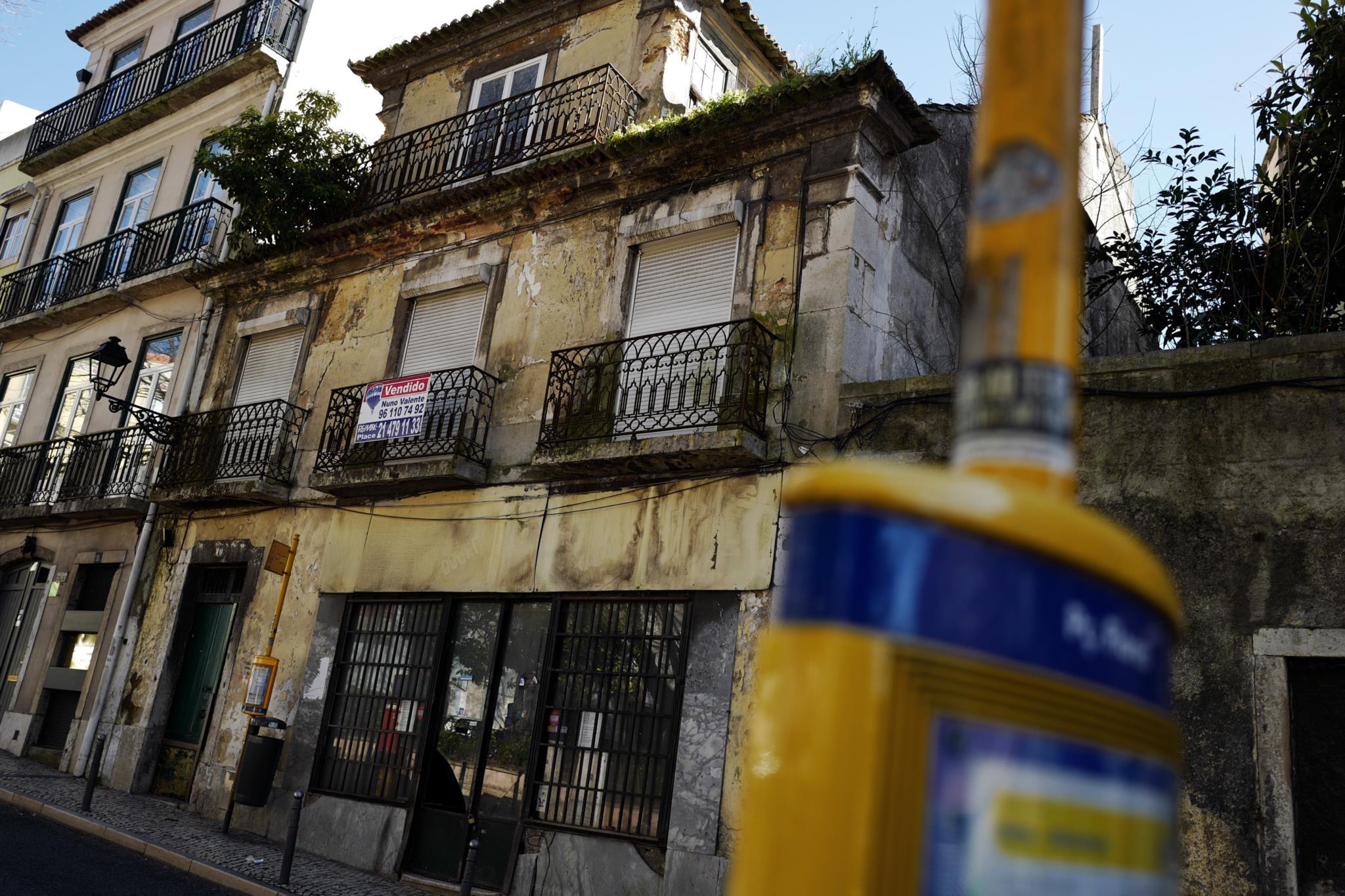 PÚBLICO - Lisboa: Queixa à justiça tenta travar projecto de Souto de Moura para a Praça das Flores
