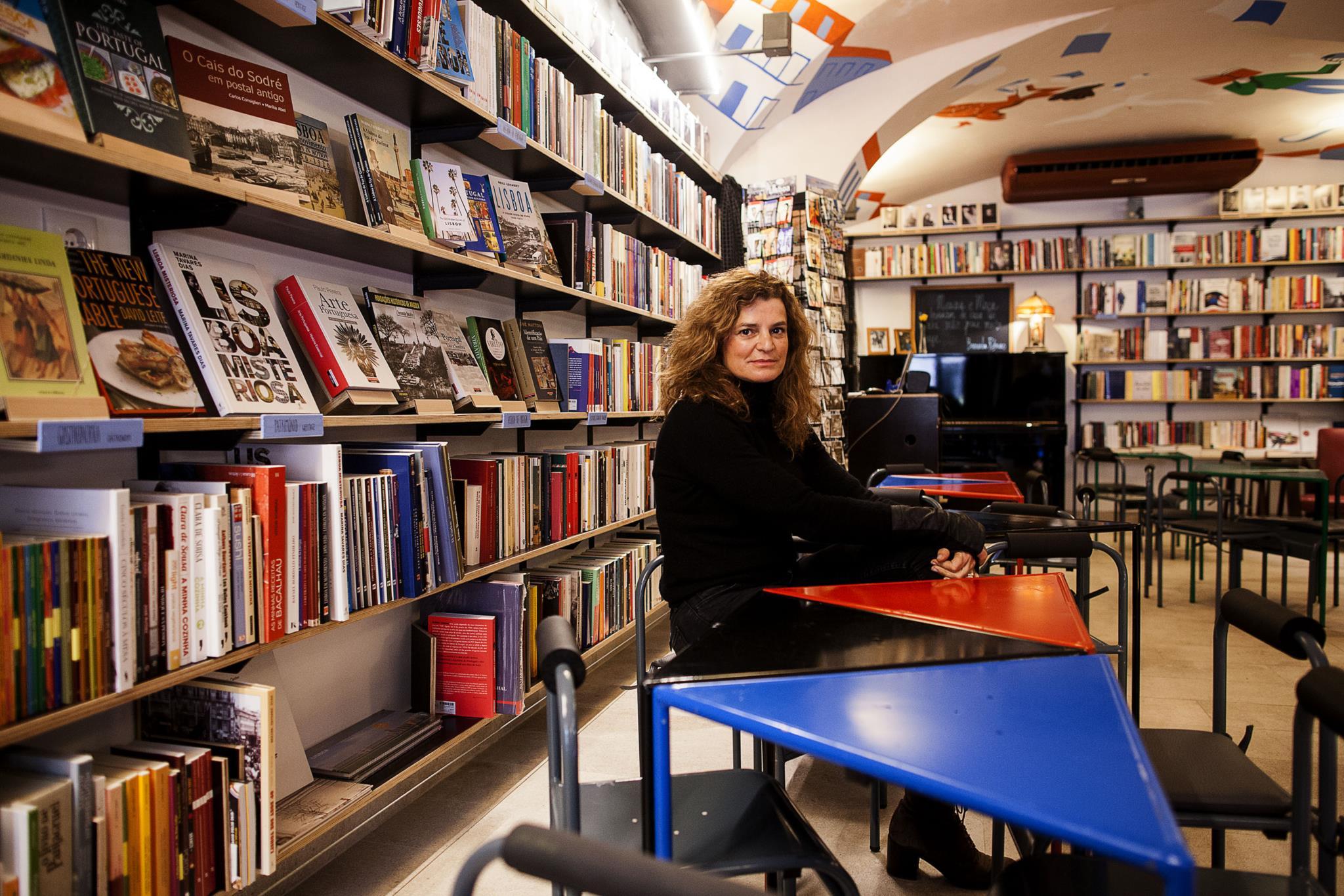 PÚBLICO - Menina e Moça, uma livraria-bar no coração da boémia lisboeta