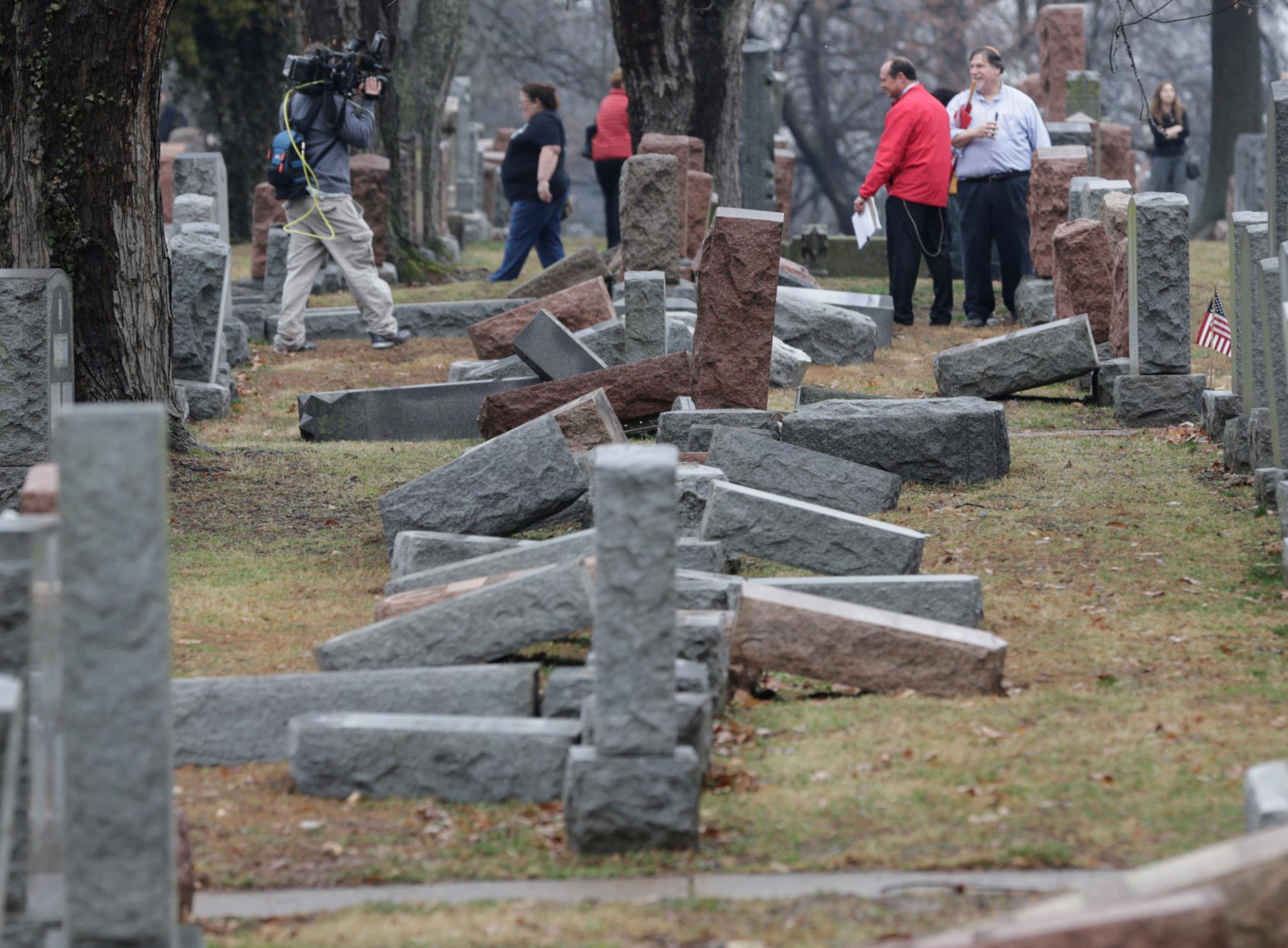 PÚBLICO - Em três horas, duas muçulmanas reúnem fundos para reconstruir cemitério judaico