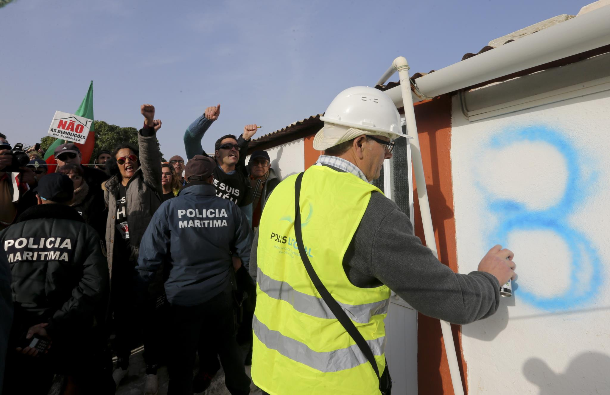 PÚBLICO - Camaleão não trava demolições na ilha do Farol