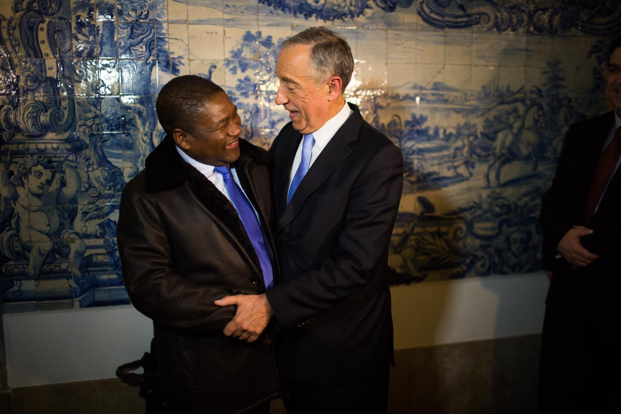 PÚBLICO - Maputo reage finalmente e vem a Lisboa falar sobre português raptado