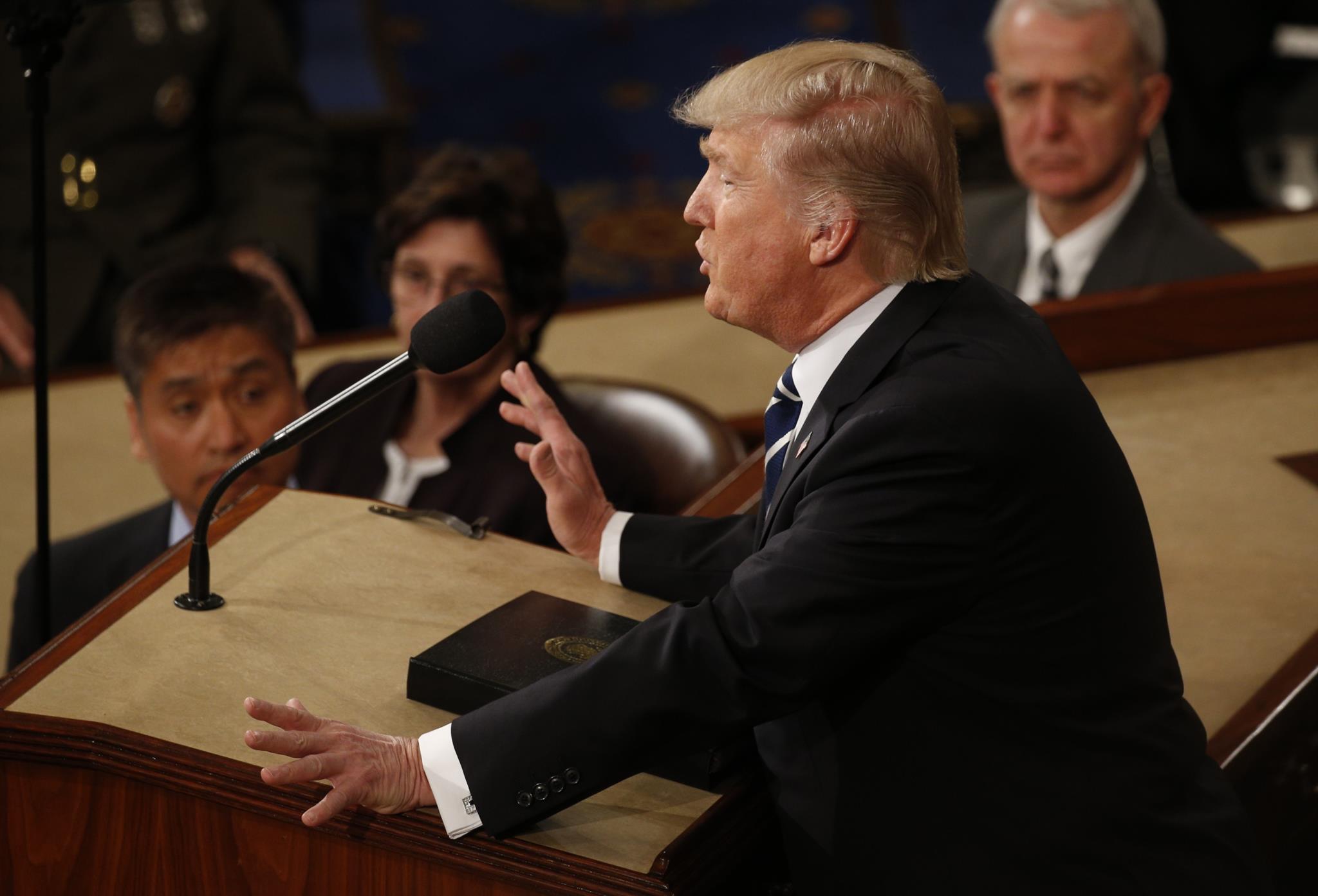 PÚBLICO - Um Trump mais presidenciável, mas que ainda tem Washington para convencer