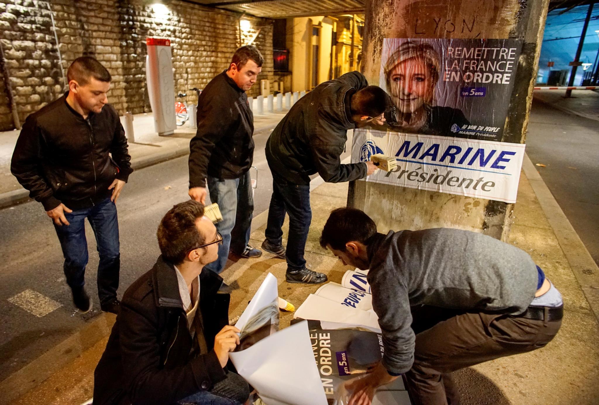 Jovens da Frente Nacional colando cartazes em Lyon