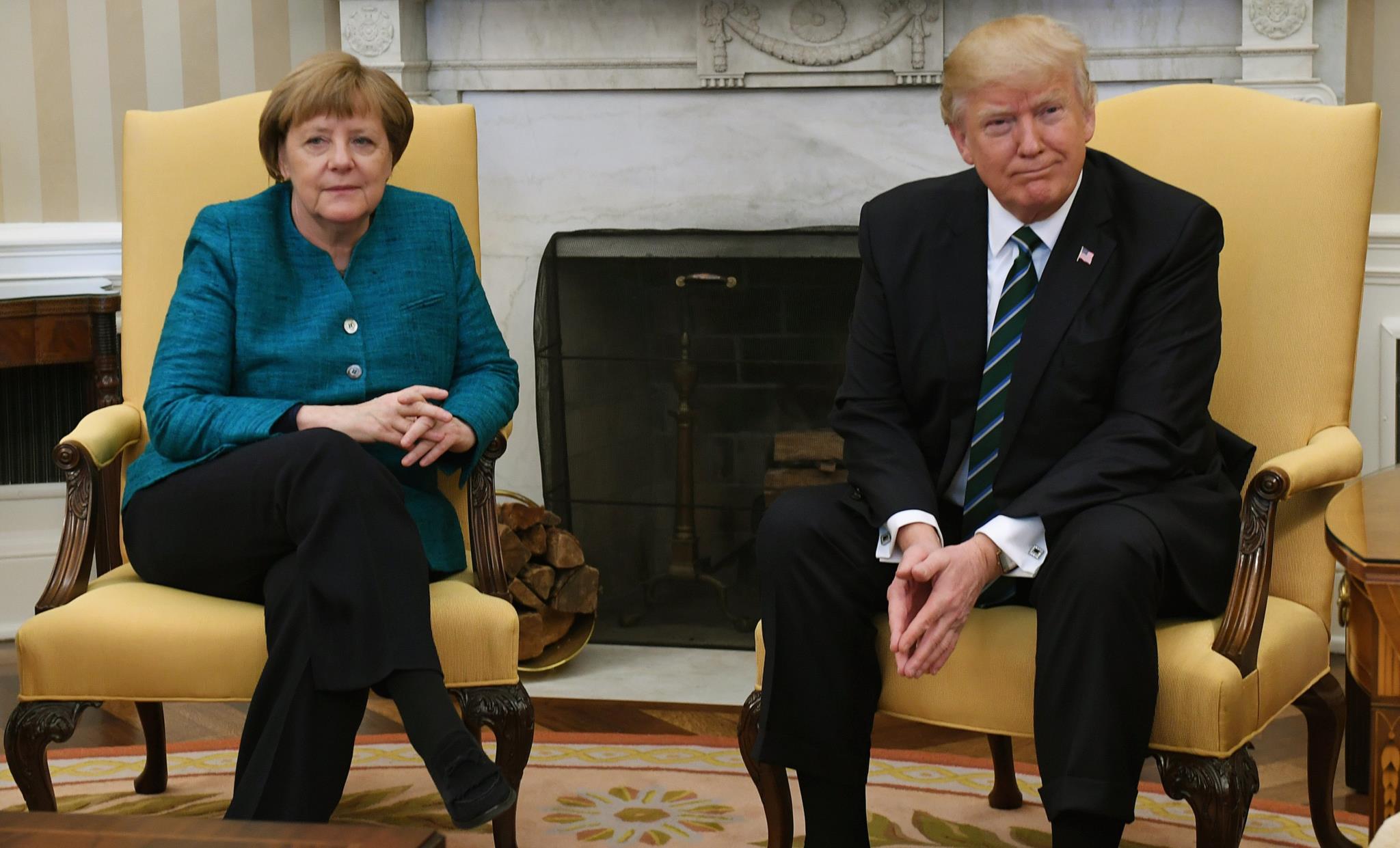 O embaraçoso momento em que, perante a insistência dos jornalistas e a disponibilidade de Angela Merkel, Donald Trump recusou um aperto de mão.