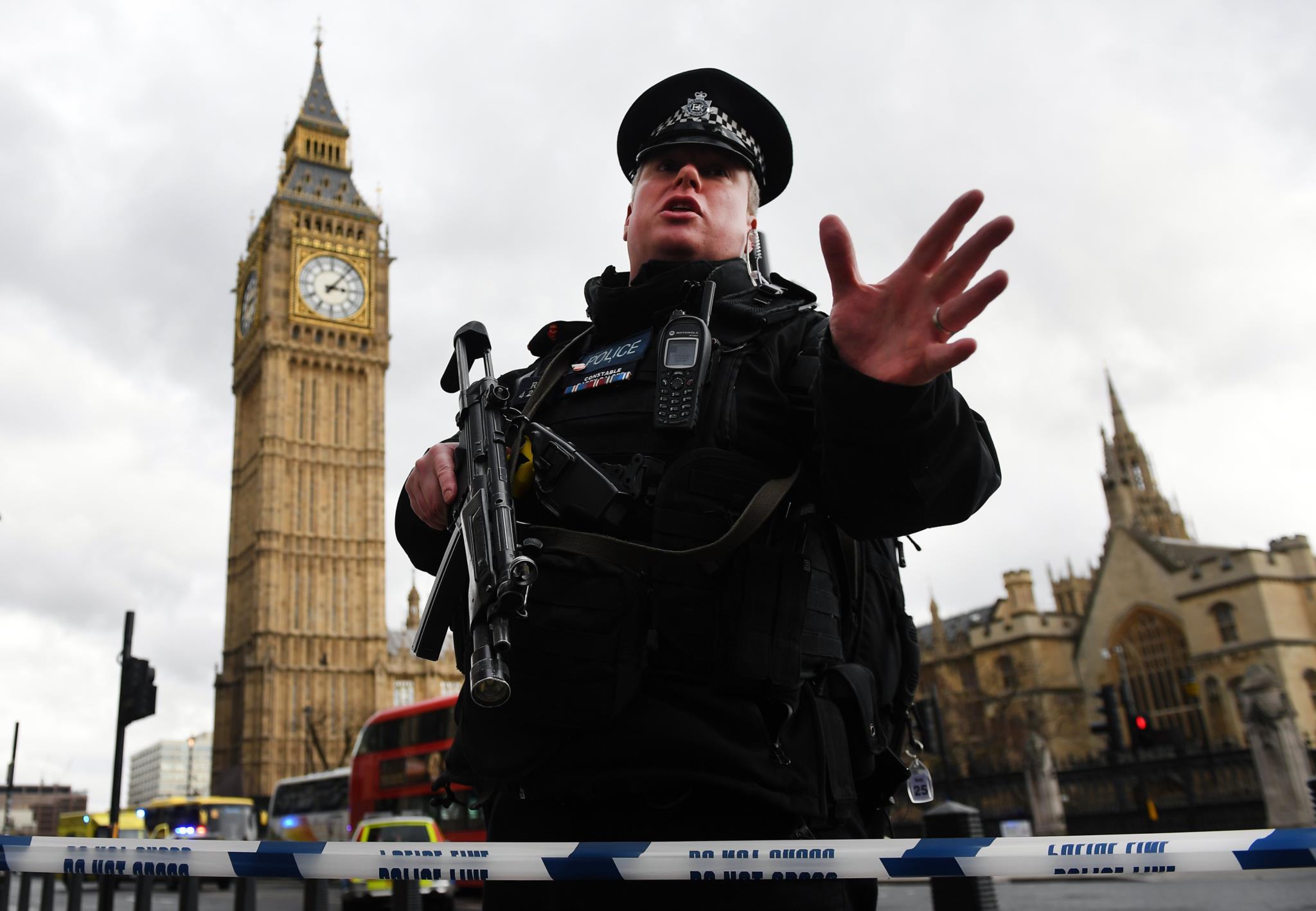 O caos junto ao Parlamento britânico em imagens