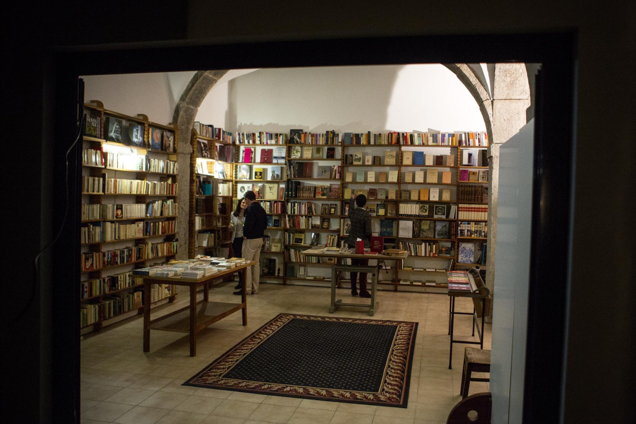 PÚBLICO - Noite de poesia na nova vida da Livraria Ferin
