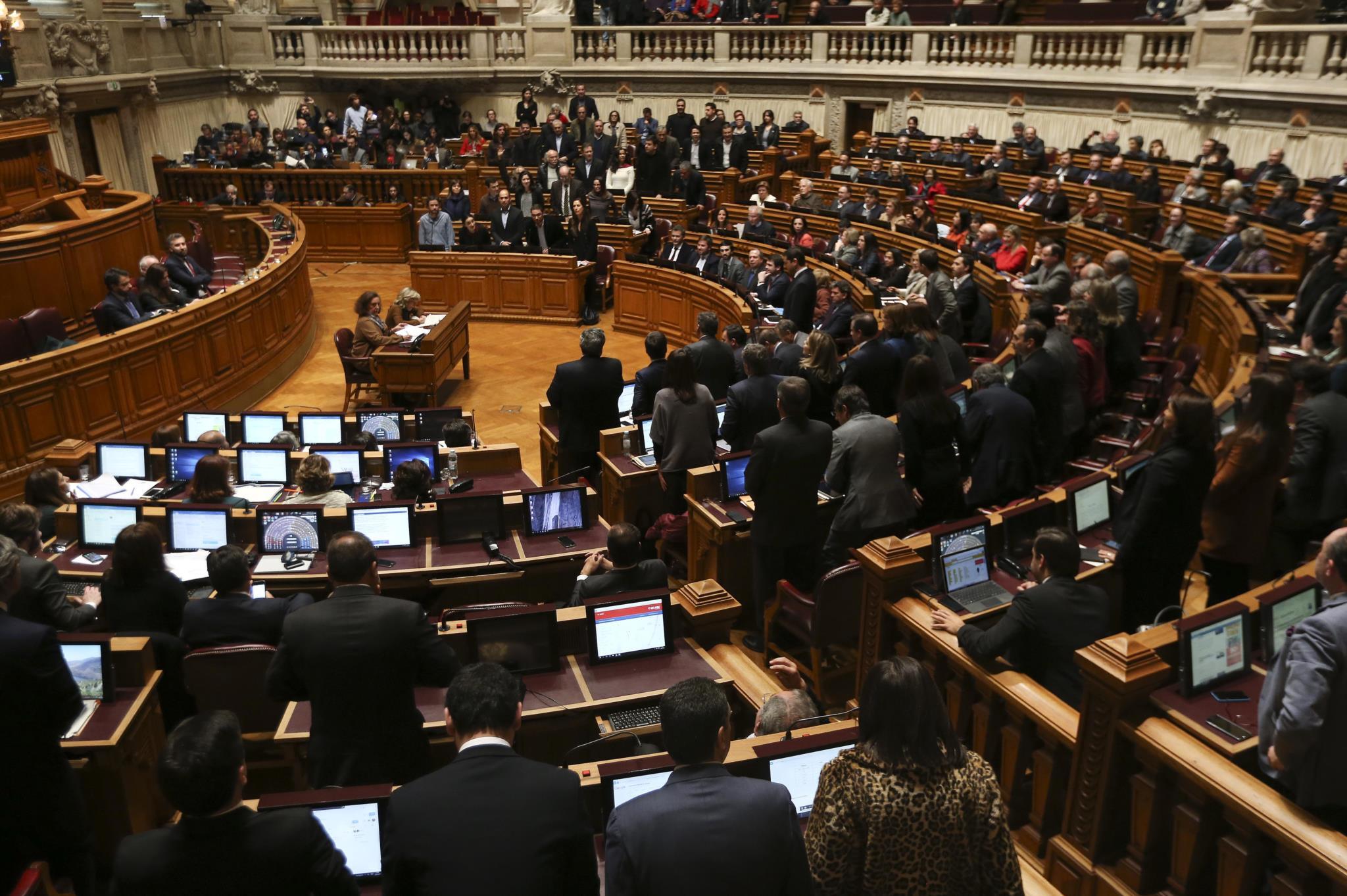 PÚBLICO - PSD quer empresas de deputados a participar em concursos públicos