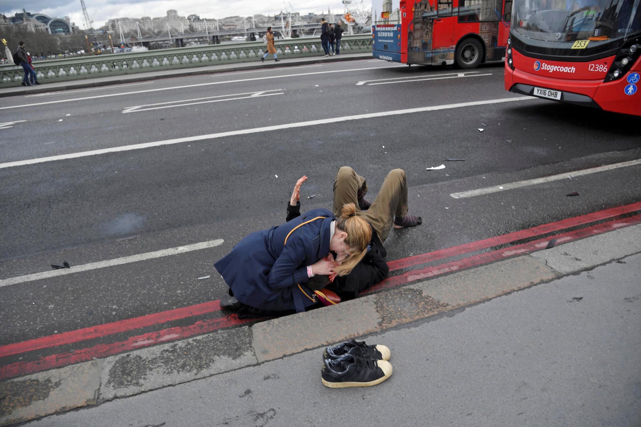 PÚBLICO - Lúcia estava na ponte de Westminster e conta como um par de sapatilhas a salvou