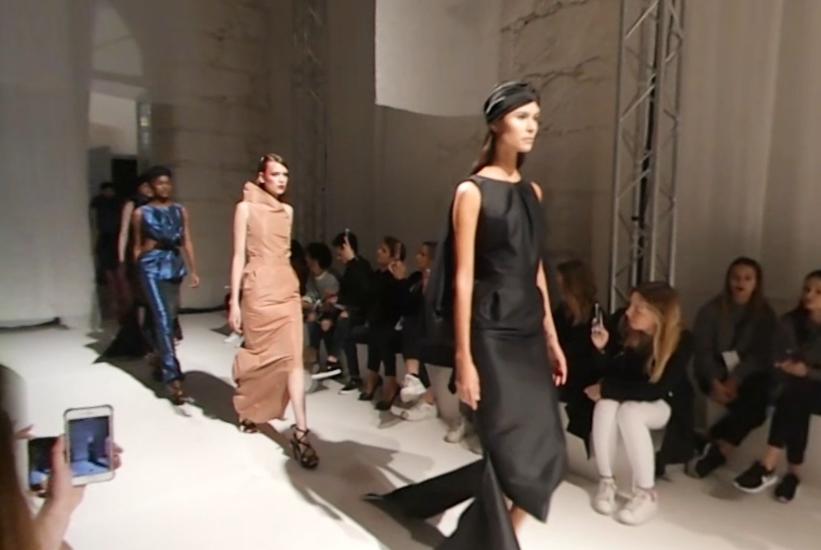 PÚBLICO - Dois desfiles; duas <i> passerelles </i>; 3.º dia de Portugal Fashion