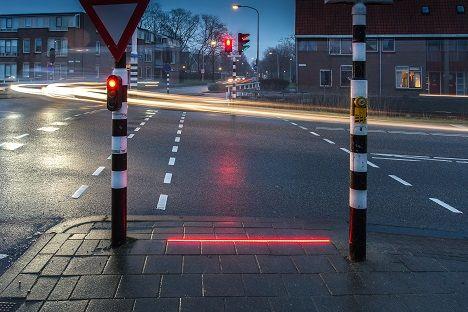 PÚBLICO - Por causa dos telemóveis, há cada vez mais cidades a pôr semáforos no chão
