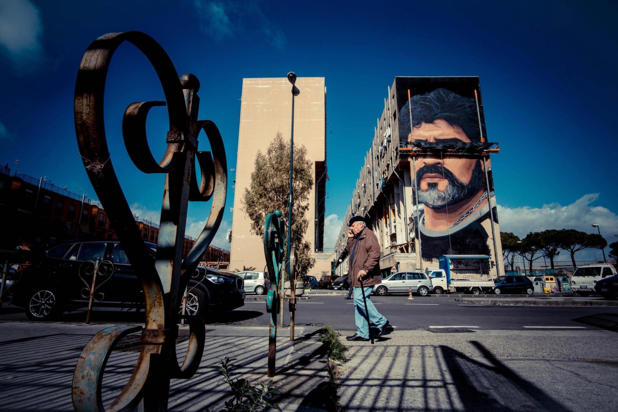 """PÚBLICO - O artista que pintou o mural de Maradona não é adepto de futebol: """"É só mais uma cara"""""""