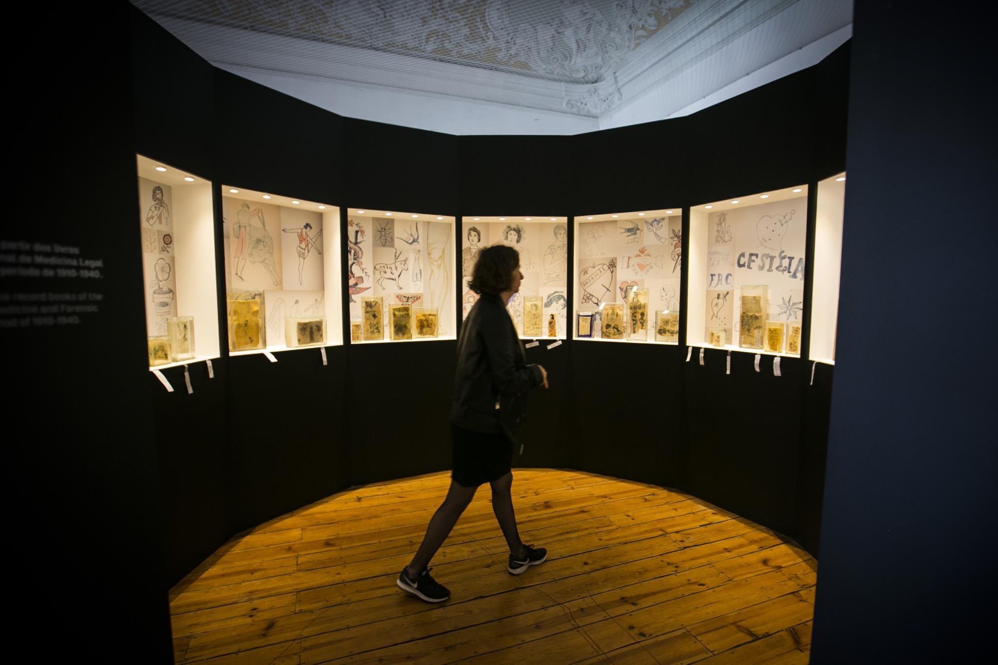 PÚBLICO - É pele portuguesa, com certeza – tatuada há cem anos e exposta em Lisboa