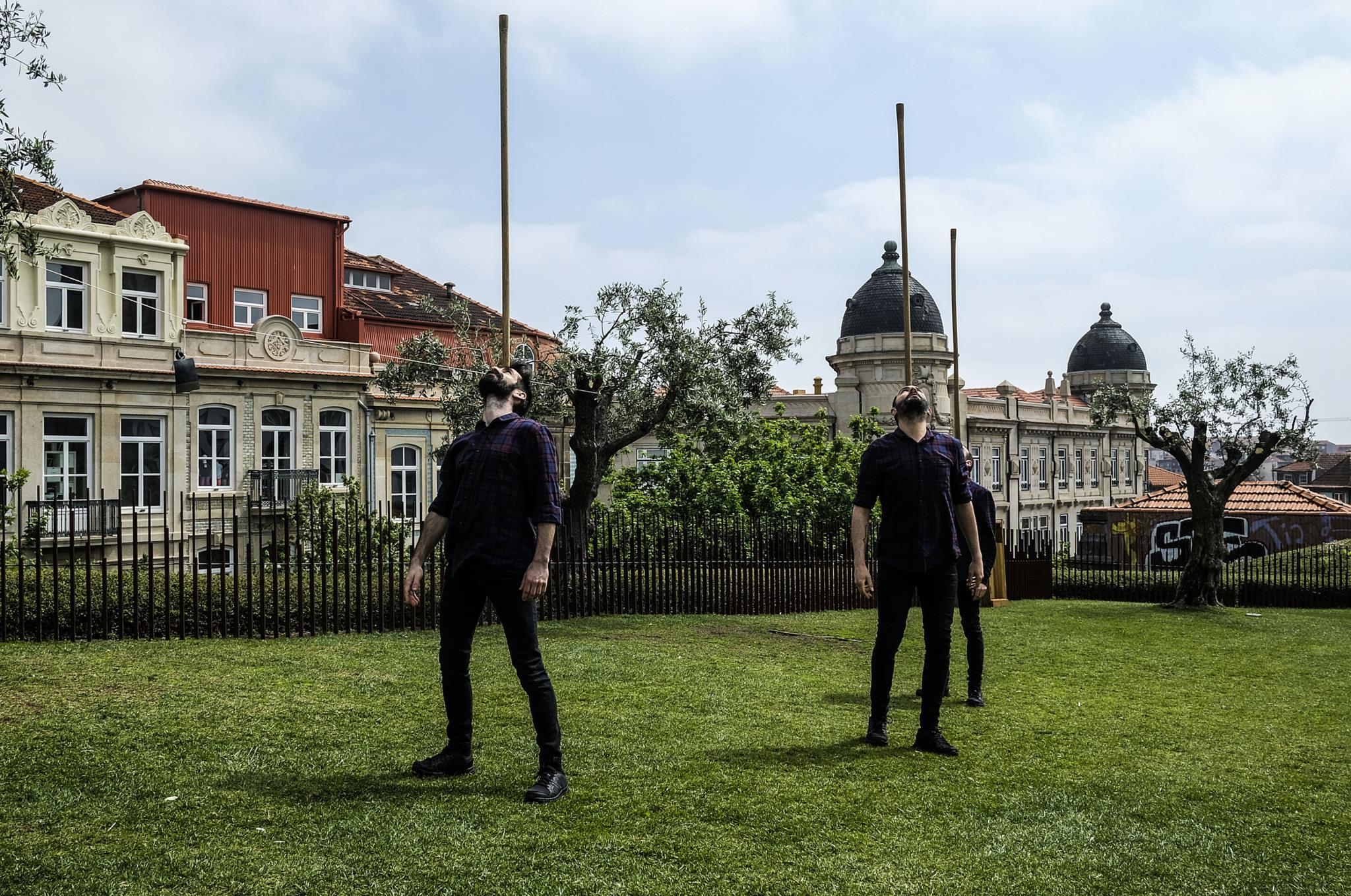 PÚBLICO - A enxada salta do campo para a cidade para nos fazer parar (e pensar)
