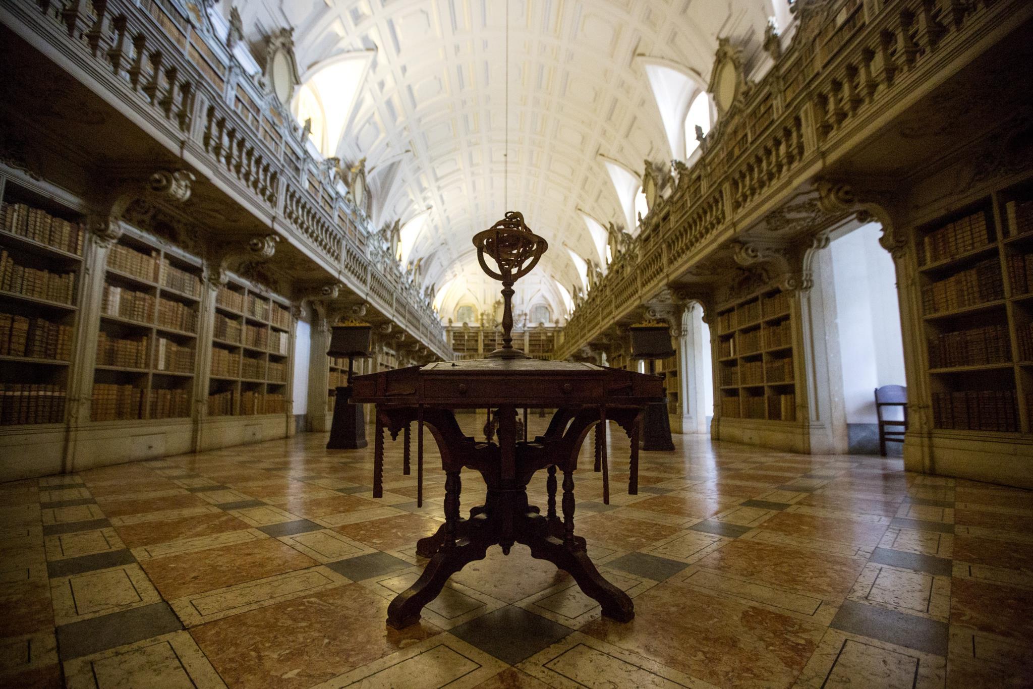 PÚBLICO - A biblioteca de Mafra está congelada e isso é bom