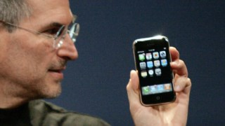 "Para Steve Jobs, o primeiro iPhone trouxe a ""interface mais revolucionária"" desde o rato do computador"