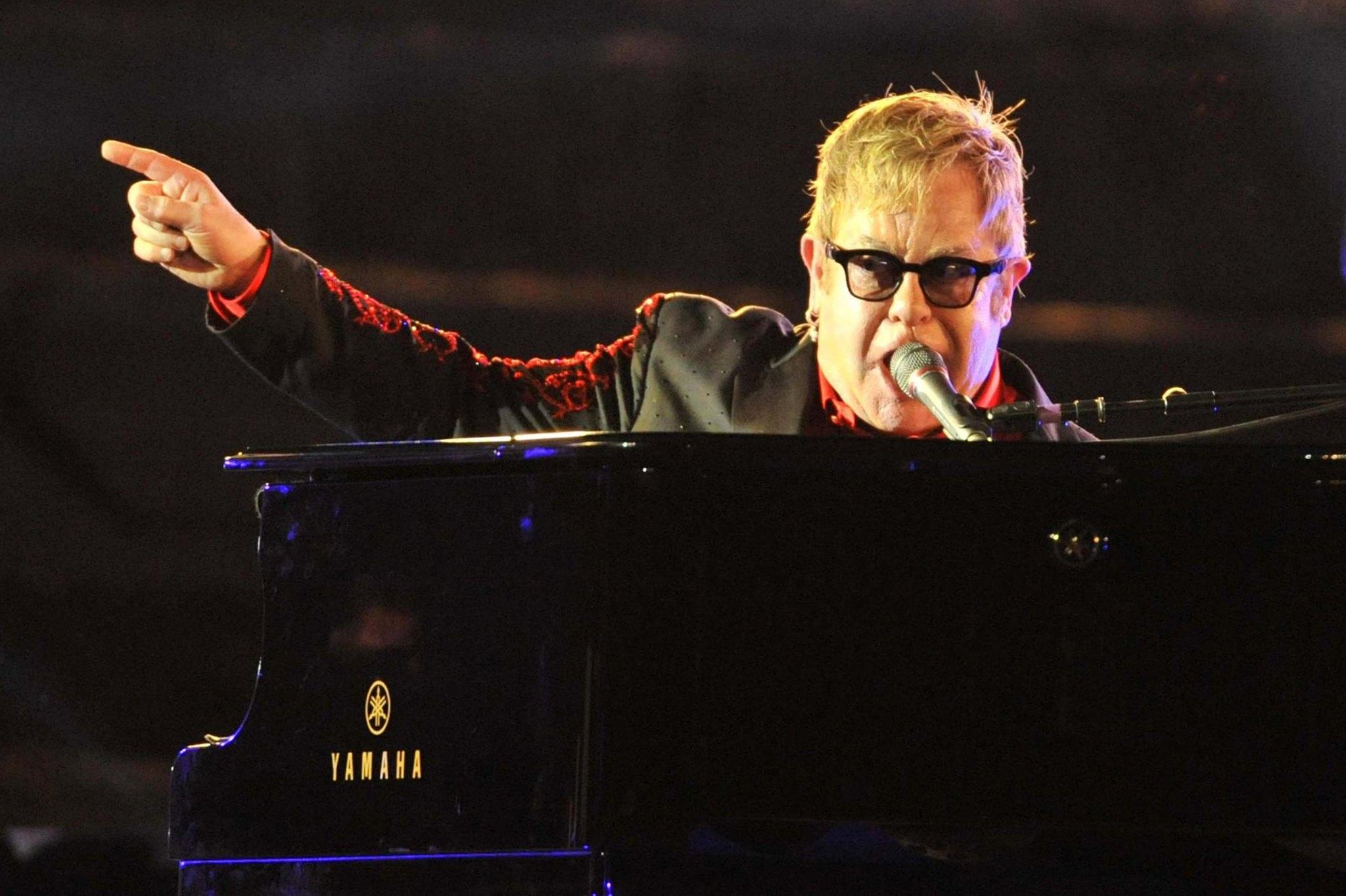 PÚBLICO - Elton John cancela concertos devido a infecção bacteriana