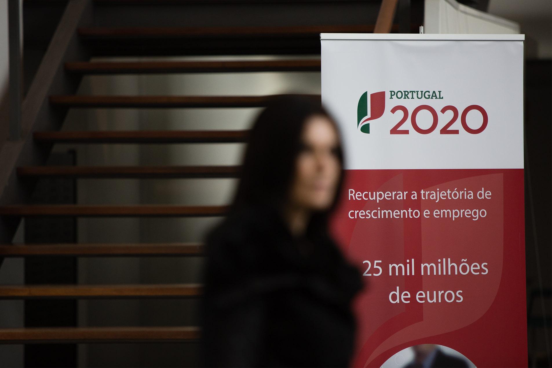 PÚBLICO - Precários que gerem fundos europeus exigem entrar no Estado