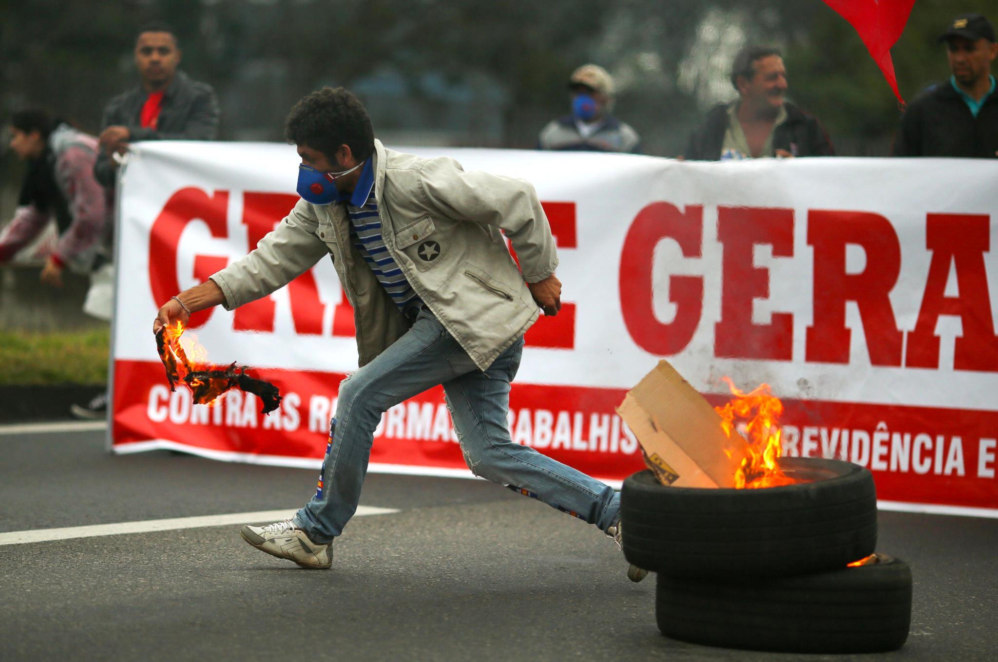 PÚBLICO - Brasil enfrenta primeira greve geral em 21 anos