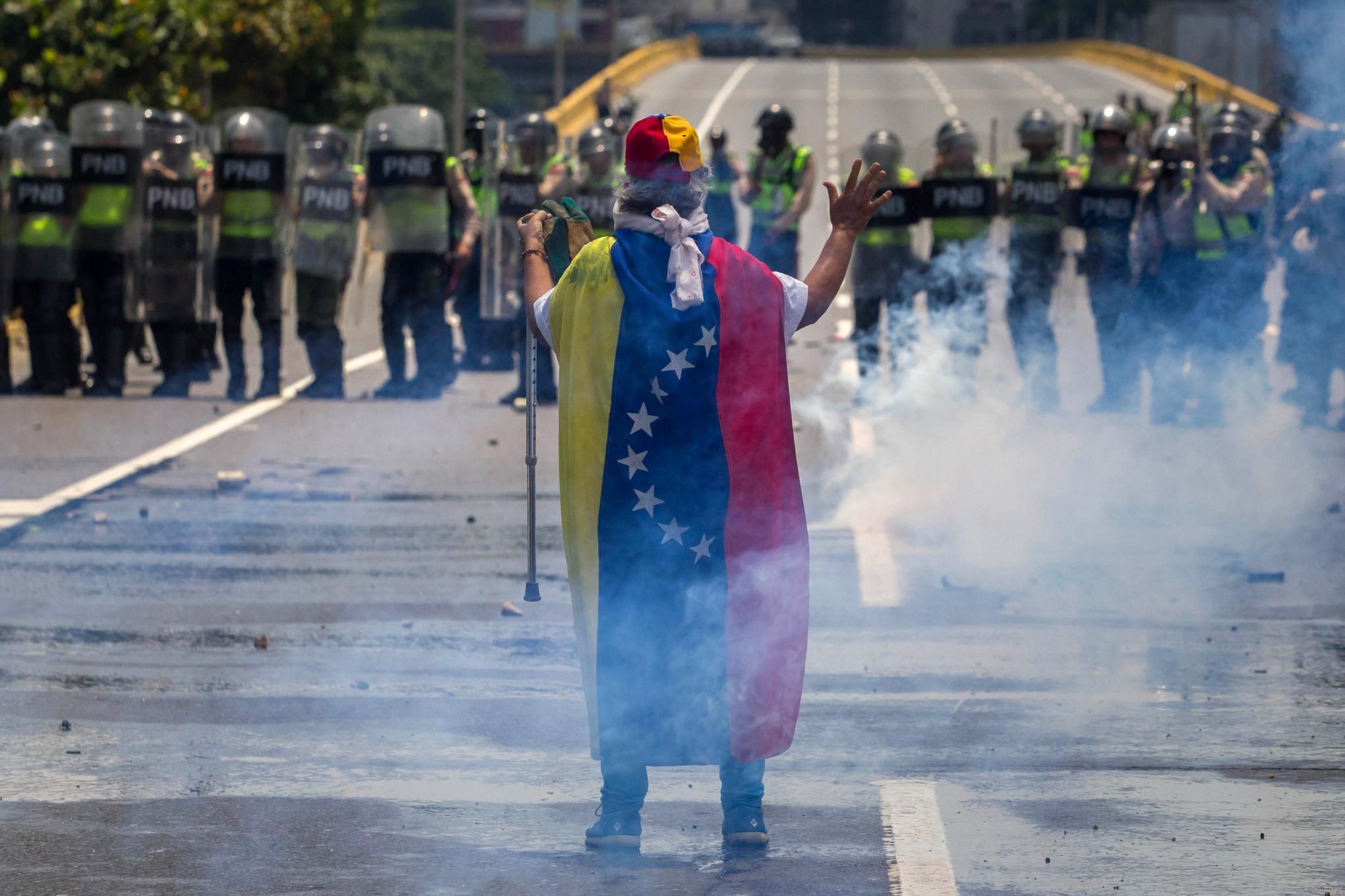 PÚBLICO - Frente anti-Maduro não arreda pé das ruas de Caracas nem que venha o Papa